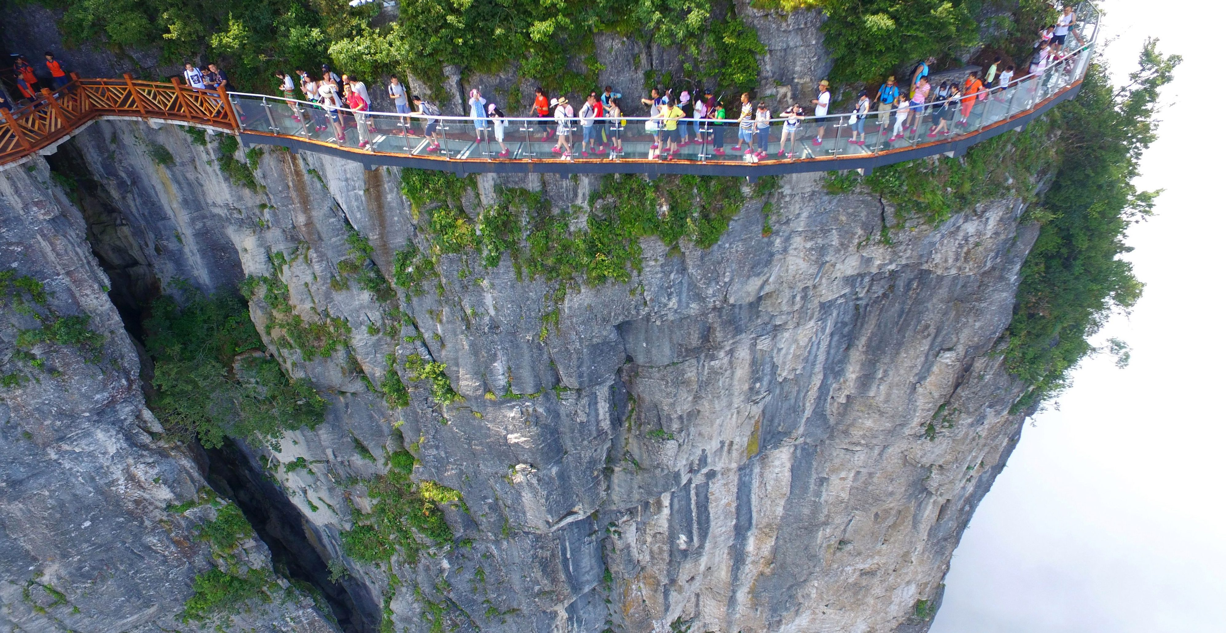 China's glass skywalk opens to public