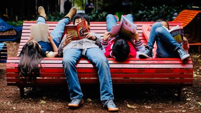 Children reading on a bench in Mexico.