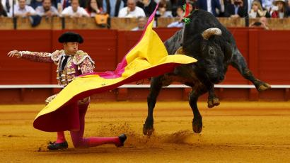 Spanish matador Manuel Escribano performs a pass to a bull during a bullfight at The Maestranza bullring in the Andalusian capital of Seville, southern Spain April 17, 2016. REUTERS/Marcelo del Pozo TPX IMAGES OF THE DAY - GF10000385979