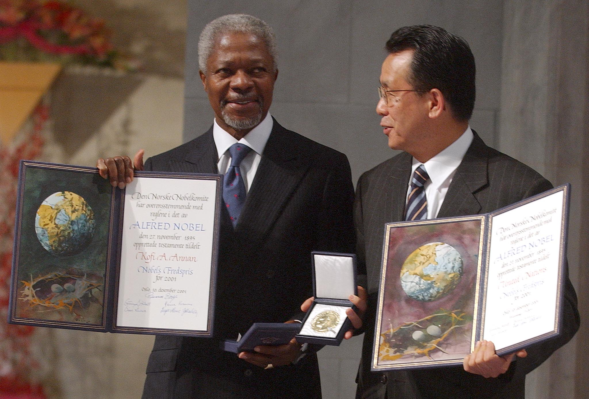 United Nations Secretary General Kofi Annan (L) and Korean Foreign Minister and President of the General Assembly Han Seung Soo show their medals and certificate during the 2001 Nobel Peace Prize in Oslo December 10, 2001. Annan received the centenary Nobel Peace Prize alongside the United Nations.
