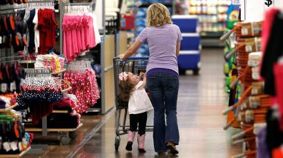 A woman shops with her daughter at a Walmart Supercenter in Rogers, Arkansas, U.S., June 6, 2013. To match Insight USA-ECONOMY/CONSUMERS. REUTERS/Rick Wilking/File Photo - RC1C15AADB40
