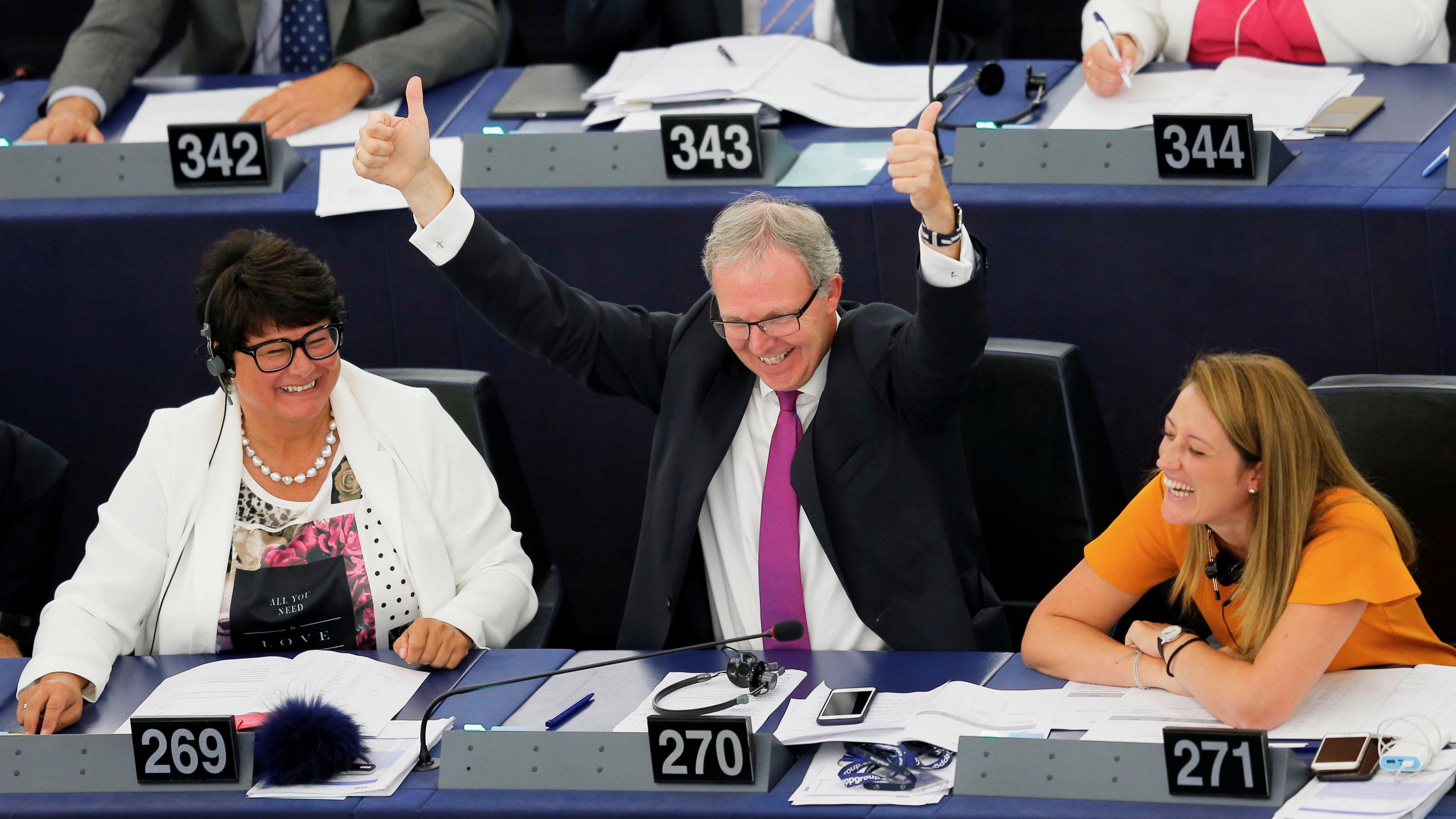 O relator sobre direitos de autor, Axel Voss, celebra após uma votação sobre alterações às reformas da UE em matéria de direitos de autor.