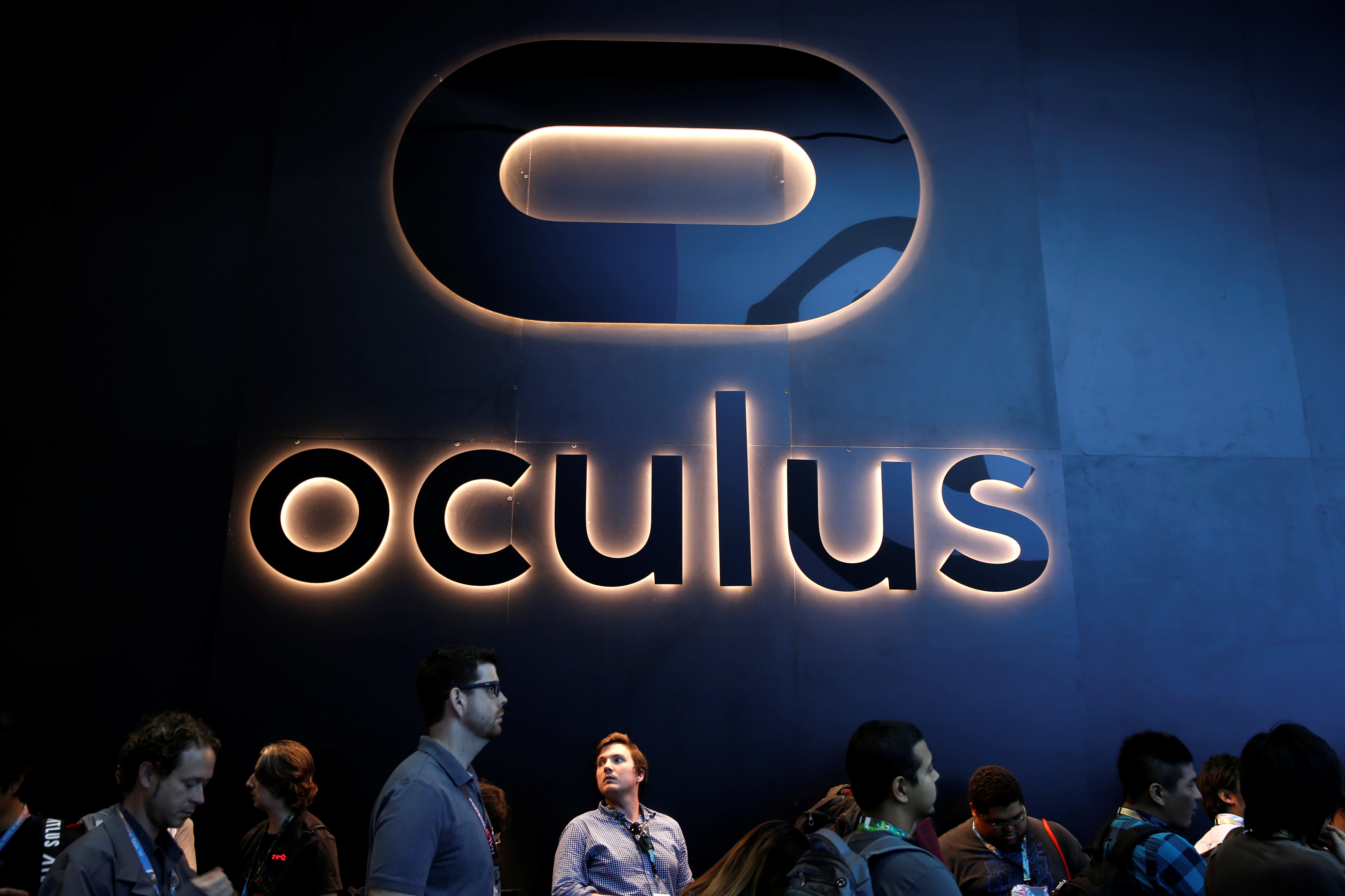 People line up at the Oculus booth at the E3 Electronic Expo in Los Angeles, California, U.S. June 14, 2016. REUTERS/Lucy Nicholson - S1AETJYAZJAB