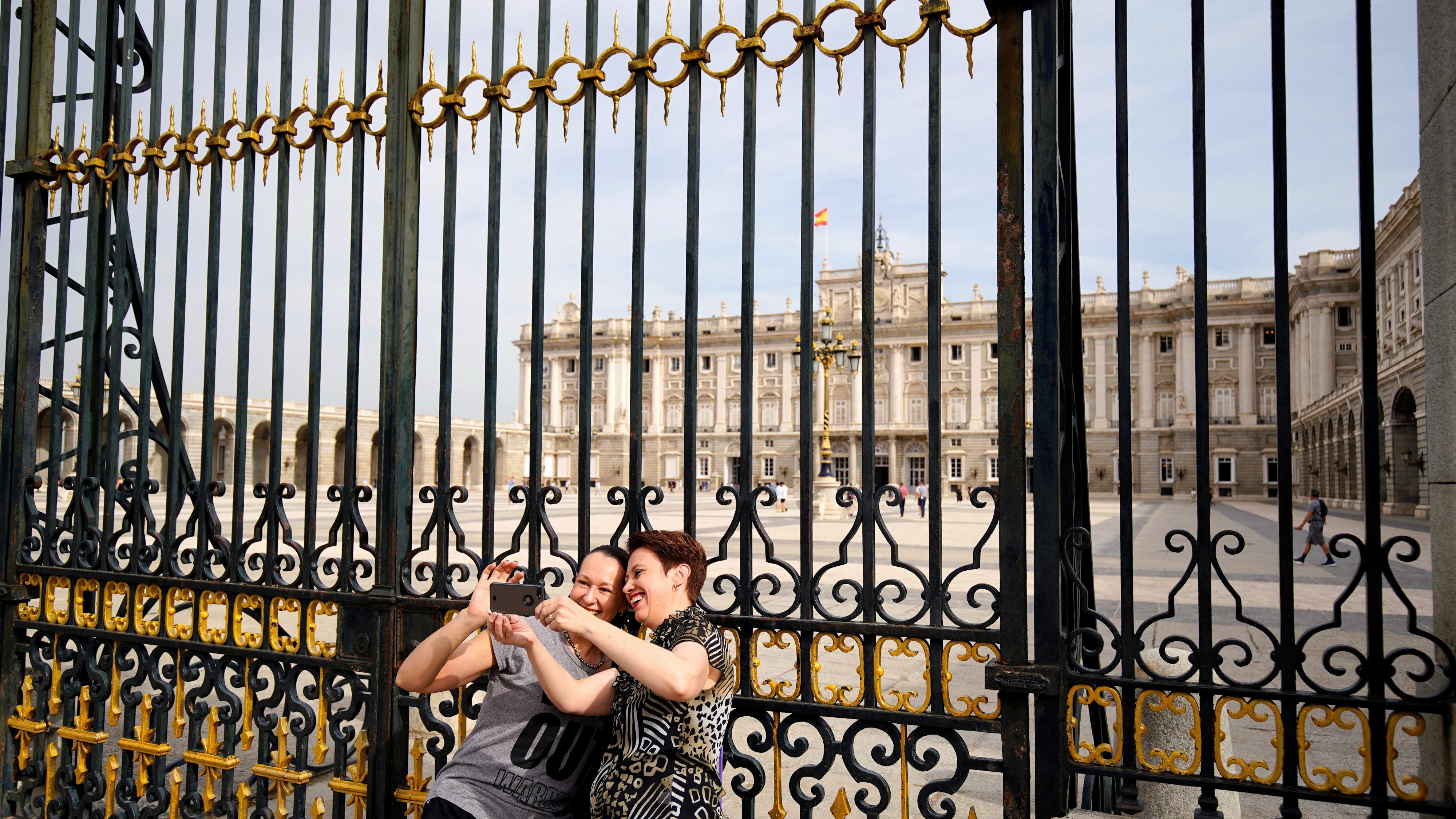 tourists selfie madrid