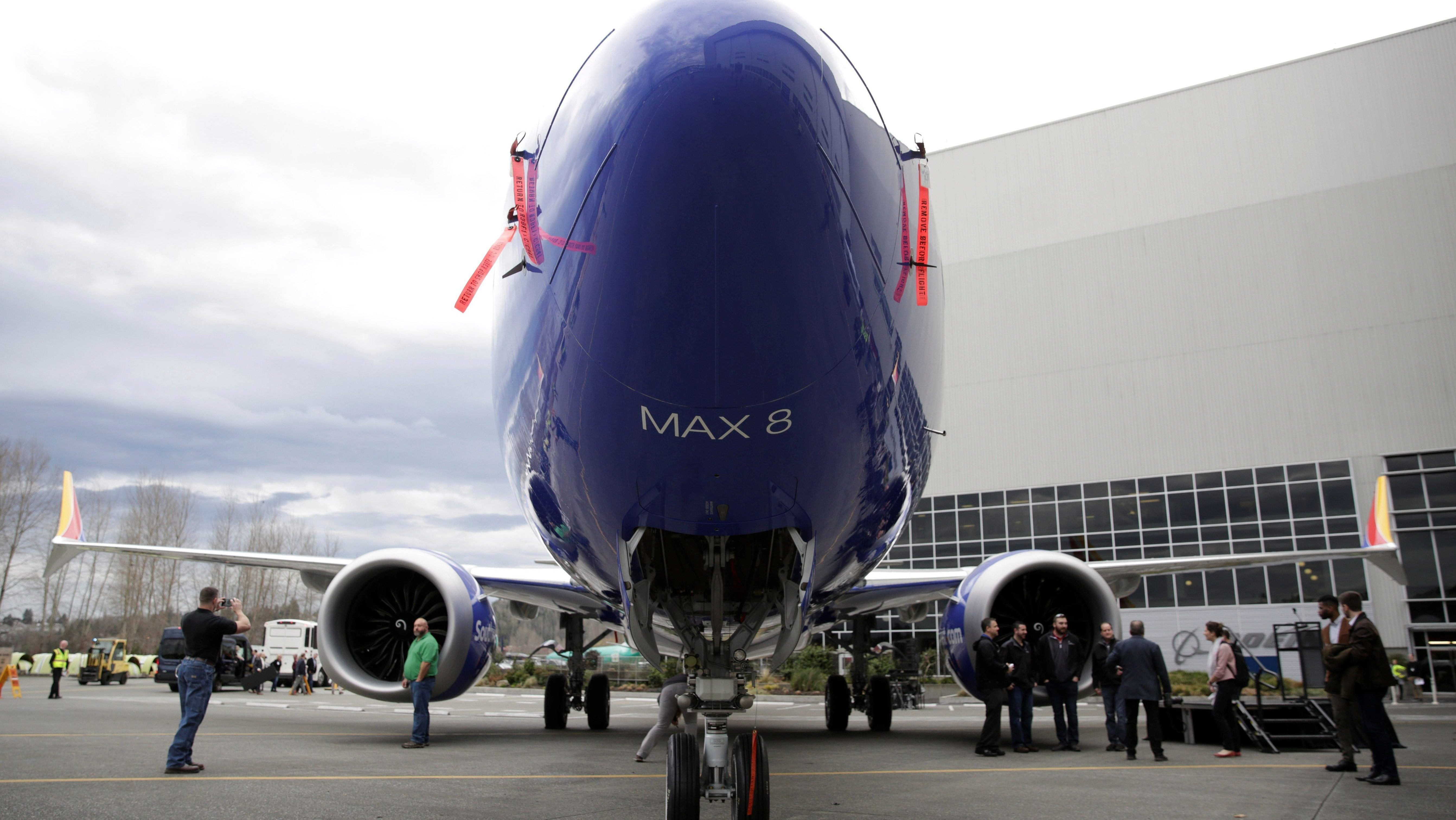 Boeing employees pose in front of a 737 MAX 8 produced for Southwest Airlines as Boeing celebrates the 10,000th 737 to come off the production line in Renton, Washington, U.S. March 13, 2018. REUTERS/Jason Redmond - RC1A7F3C5AF0