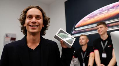 """A customer reacts during the launch of the new iPhone XS and XS Max smartphones sales at """"re:Store"""" Apple reseller shop in Moscow, Russia September 28, 2018. REUTERS/Tatyana Makeyeva - RC150E6310F0"""