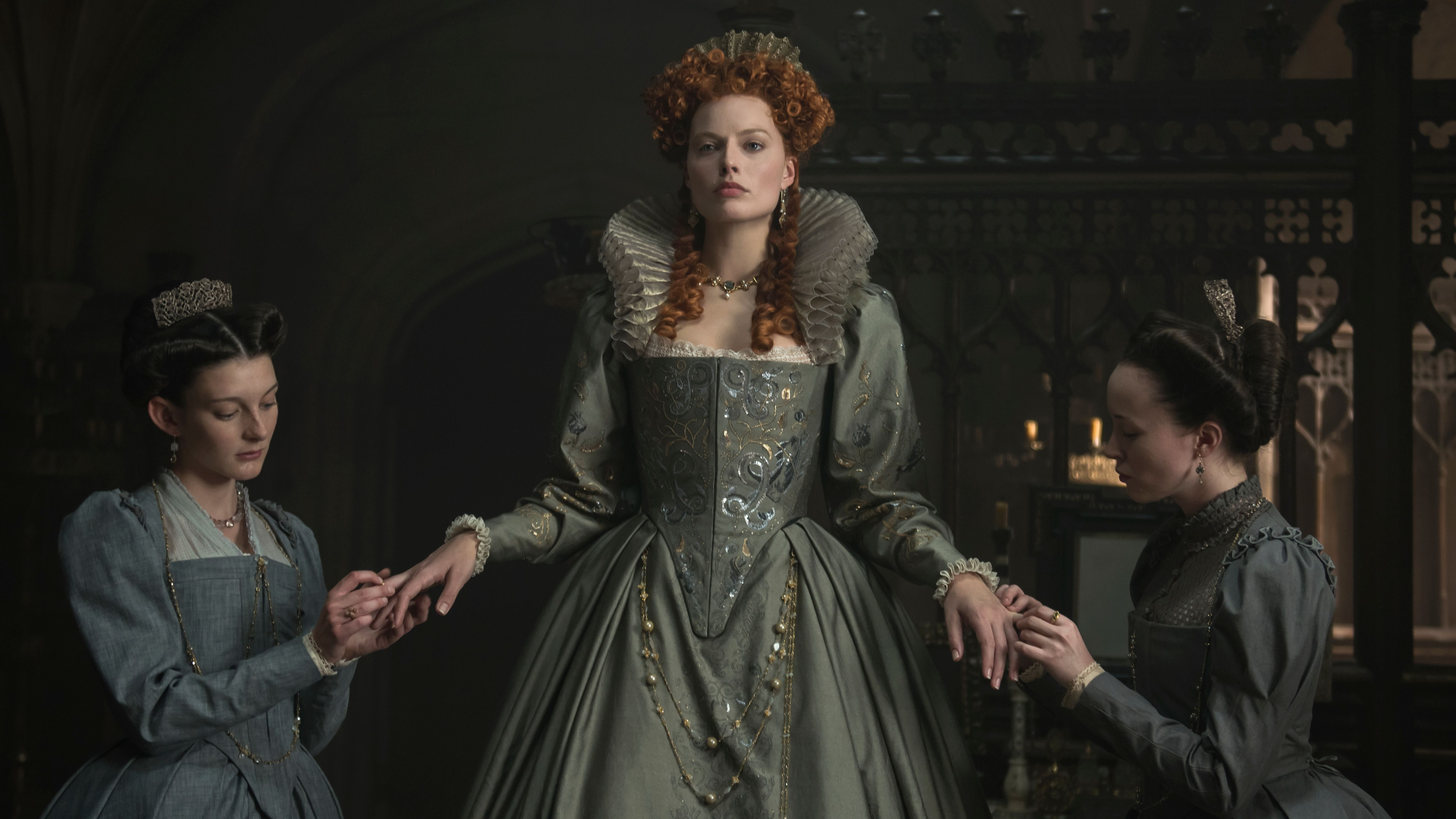 4113_D001_00325_R_CROP(l-r) Grace Molony stars as Dorothy Stafford, Margot Robbie stars as Queen Elizabeth I and Georgia Burnell as Kate Carey in MARY QUEEN OF SCOTS, a Focus Features release.Credit: Parisa Tag / Focus Features