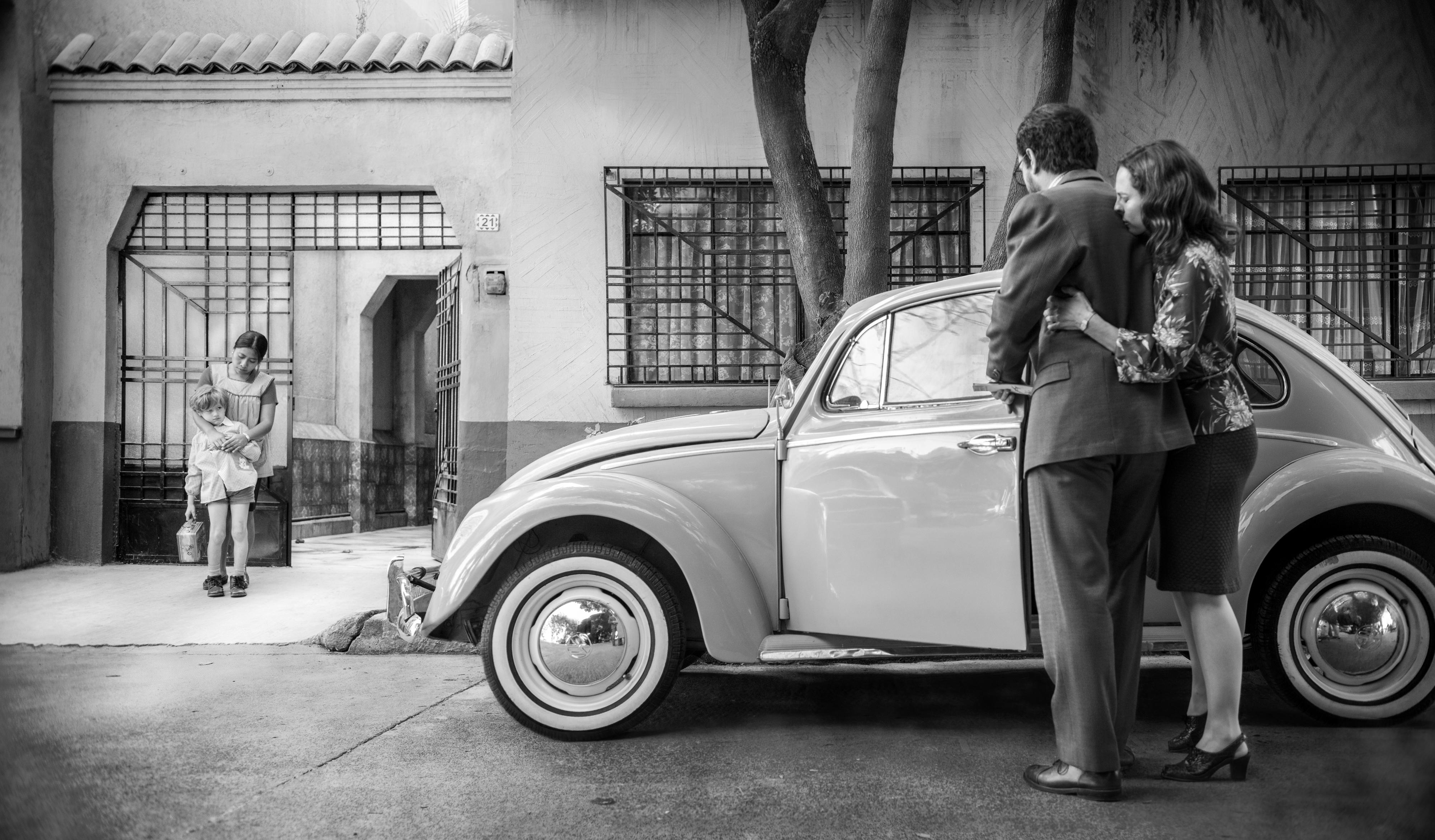 Yalitza Aparicio como Cleo, Marco Graf como Pepe, Fernando Gradiaga como el Señor Antonio, y Marina De Tavira como la Señora Sofia en Roma, escrita y dirigida por Alfonso Cuarón.