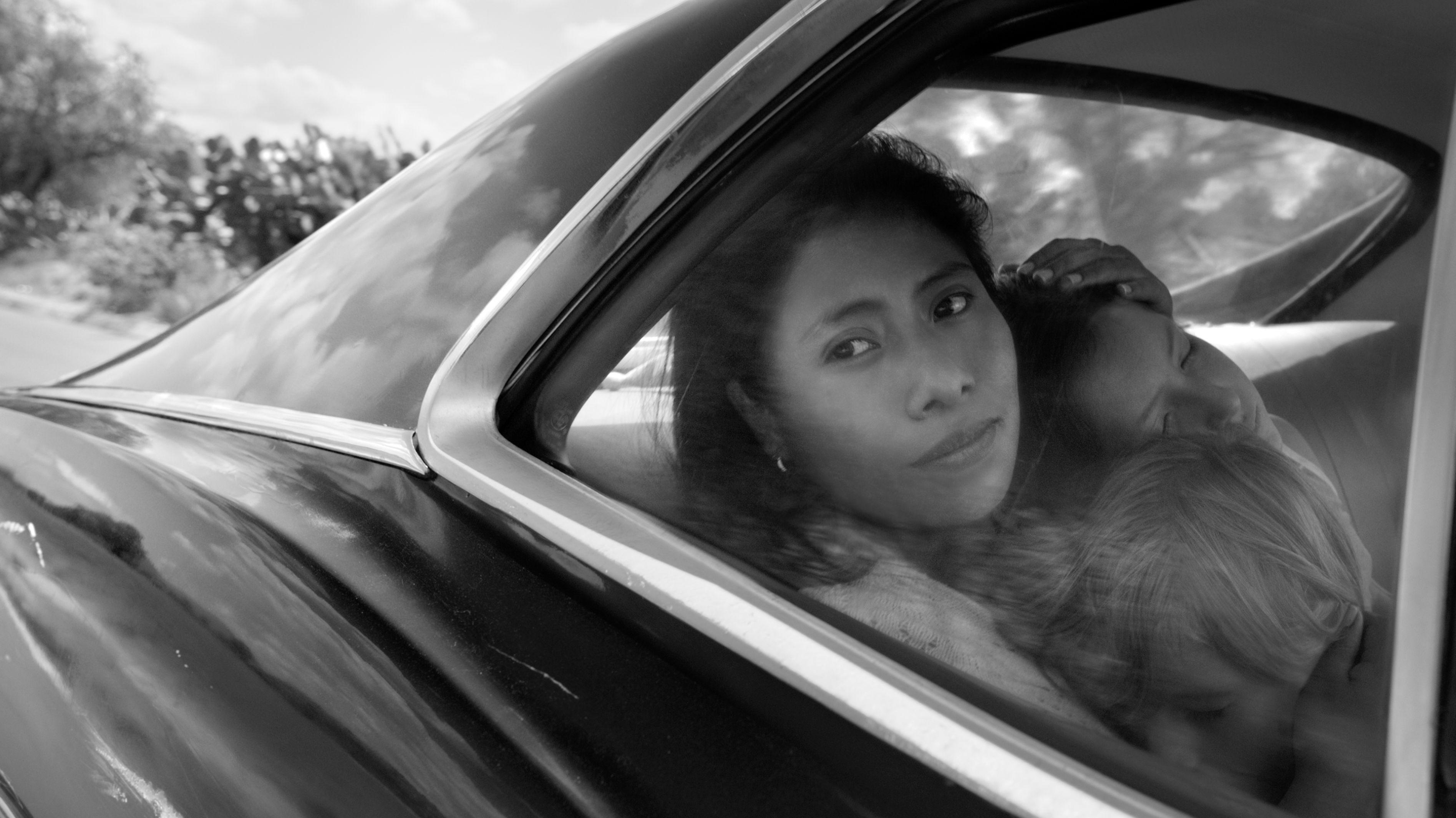 Yalitza Aparicio como Cleo, Marco Graf como Pepe, y Daniela Demesa como Sofi en Roma, escrita y dirigida por Alfonso Cuarón.