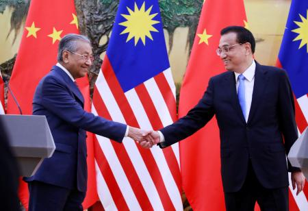 Malaysia's Prime Minister Mahathir Mohamad (L) shakes hands with China's Premier Li Keqiang at the end of a news conference at the Great Hall of the People in Beijing, China, August, 20, 2018.
