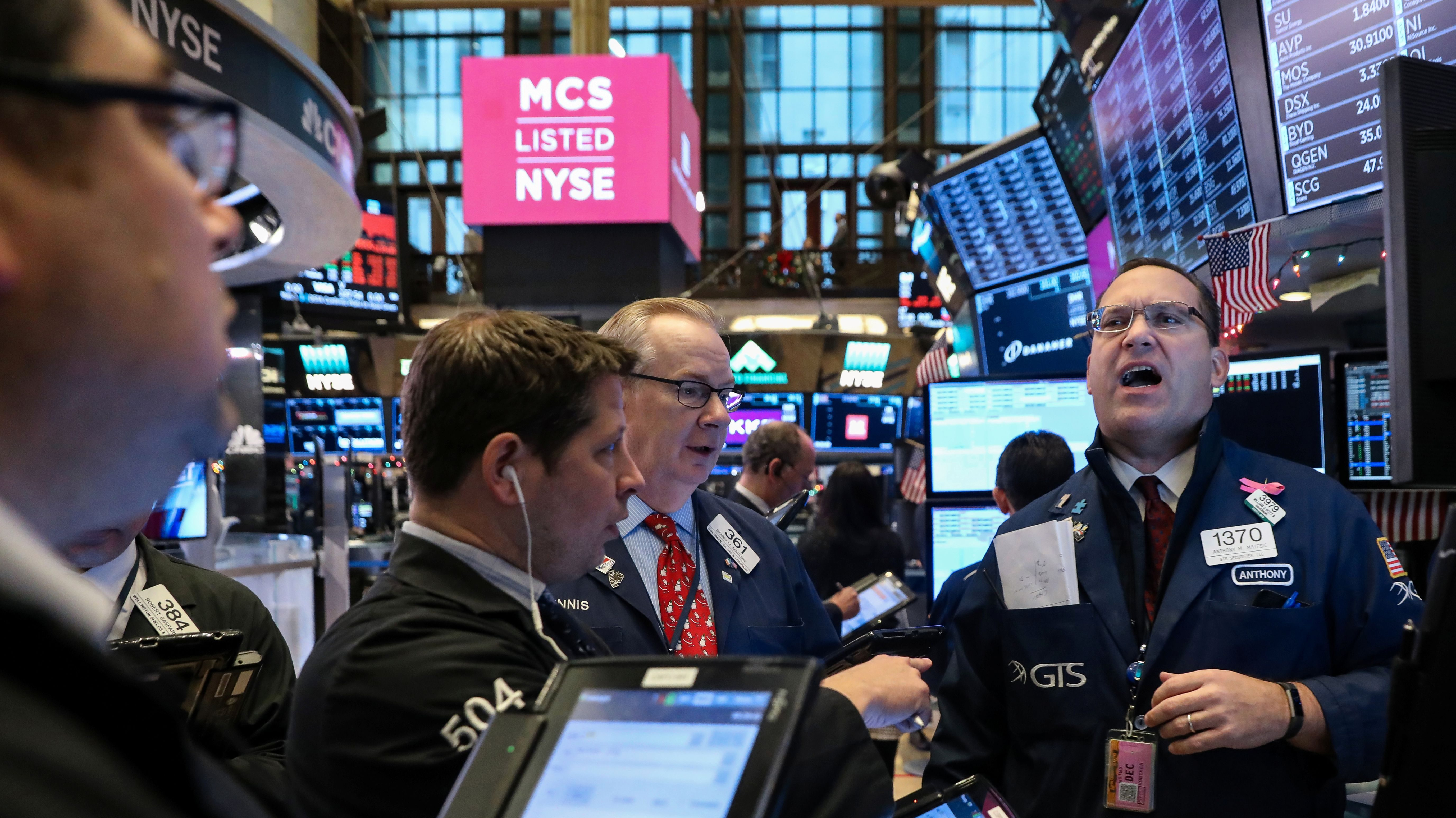 Traders work on the floor of the New York Stock Exchange (NYSE) in New York, U.S., December 14, 2018. REUTERS/Brendan McDermid - RC138B477310