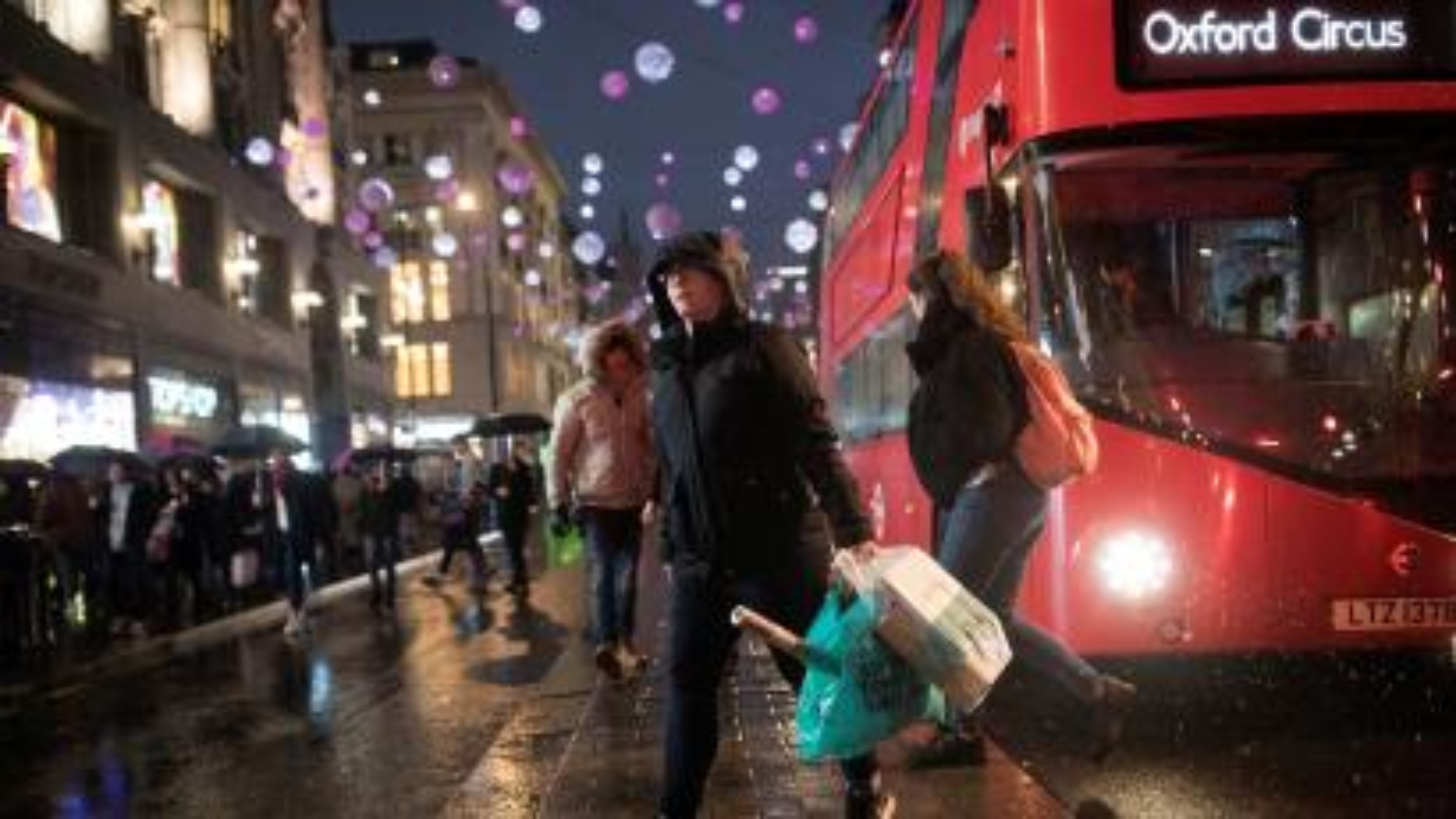 Shoppers cross the road on Oxford Street in London, Britain December 15, 2018. REUTERS/Simon Dawson/File Photo - RC19E21319B0
