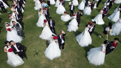 Newlywed couples attend a mass wedding ceremony in Hangzhou, Zhejiang province, China April 30, 2016. REUTERS/Stringer ATTENTION EDITORS - THIS PICTURE WAS PROVIDED BY A THIRD PARTY. EDITORIAL USE ONLY. CHINA OUT. NO COMMERCIAL OR EDITORIAL SALES IN CHINA.