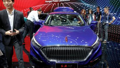 "People gather around the H5 displayed at the booth of FAW Group car brand Hongqi, Chinese for ""red flag"", during a media preview of the Auto China 2018 motor show in Beijing, China April 25, 2018. REUTERS/Damir Sagolj - RC166473A950"