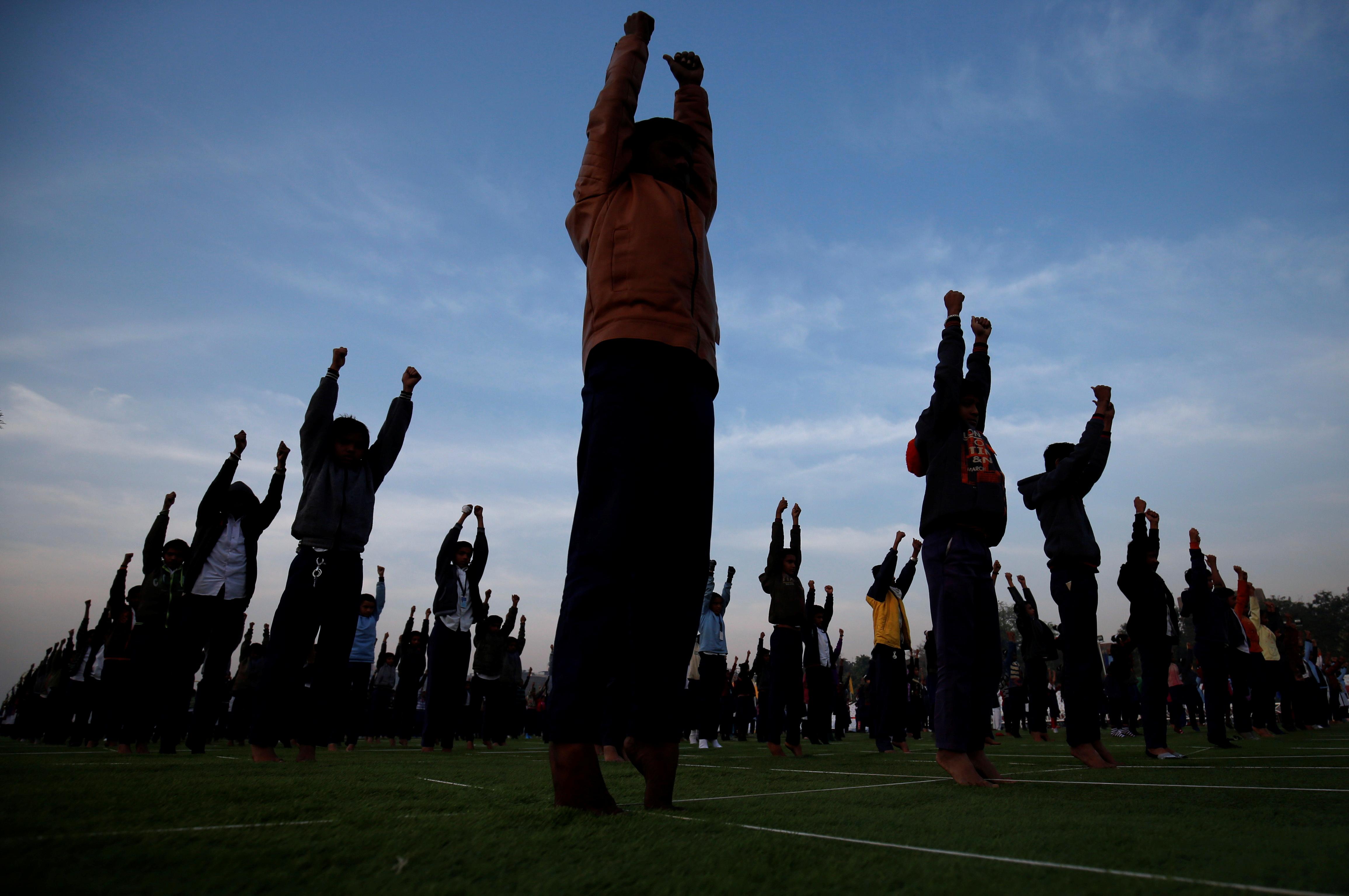 Des écoliers assistent à une séance de yoga à Ahmedabad
