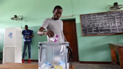 A voter casts his ballot at a polling station during the presidential election in Kinshasa, Democratic Republic of Congo, December 30, 2018.