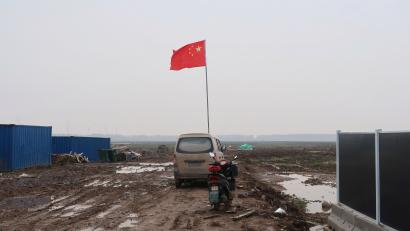 A Chinese flag is seen on the land secured by Tesla for its Gigafactory in Shanghai, China December 16, 2018. Picture taken December 16, 2018. REUTERS/Yilei Sun - RC1EF0F19C20
