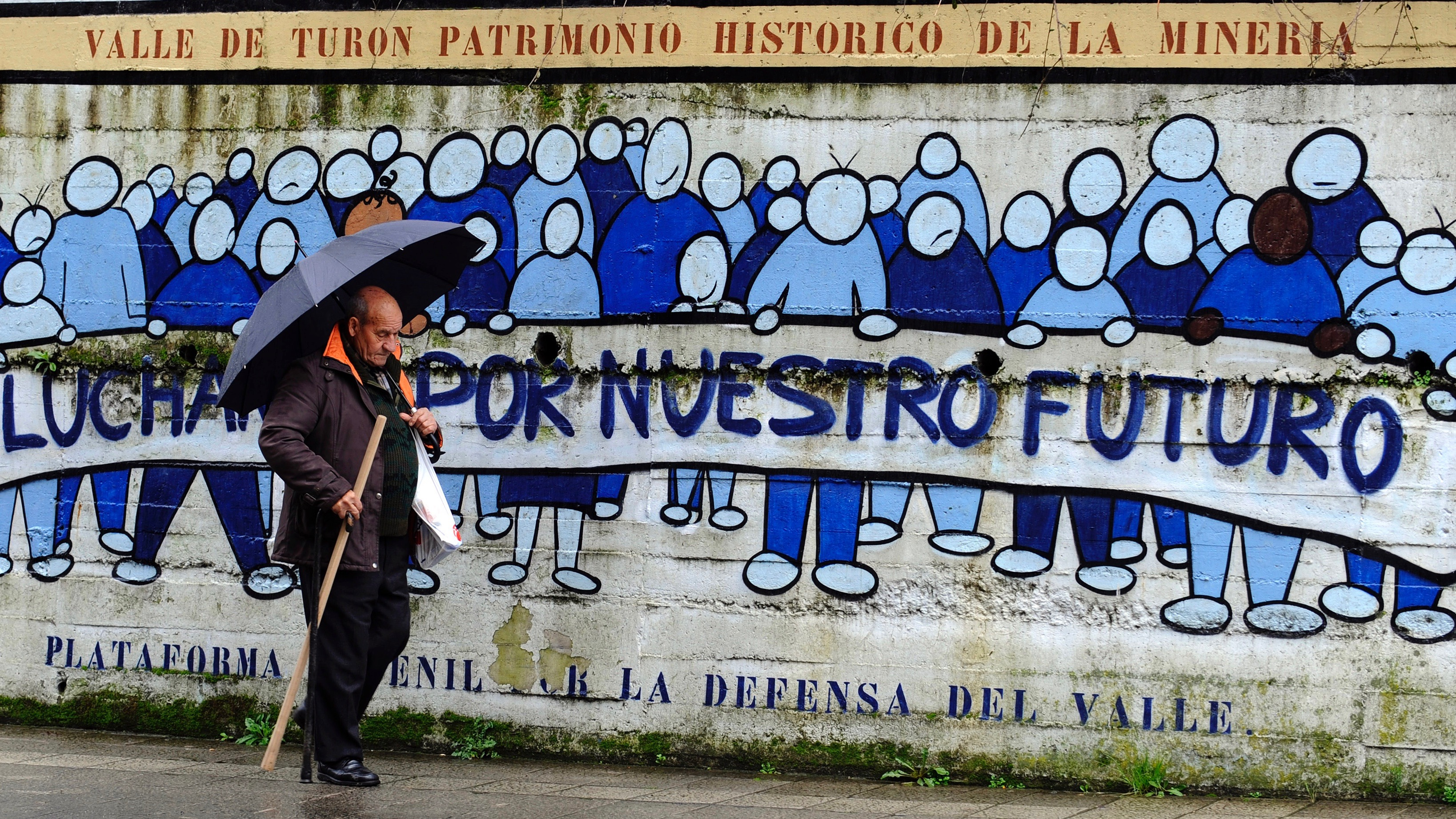 """Mural on historical society says """"fight for our future"""" in Spanish."""