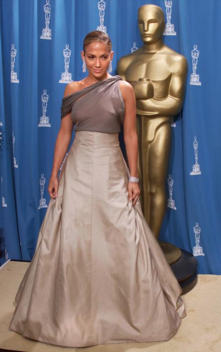 Entertainer Jennifer Lopez poses in front of an Oscar statue at the 73rd annual Academy Awards at the Shrine Auditorium in Los Angeles, California March 25, 2001. Lopez presented an award at the ceremony. REUTERS/Mike Blake BEST QUALITY AVAILABLE - GF2E47S0QVF01