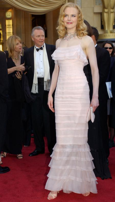 Best actress nominee Nicole Kidman poses for photographers upon arrival at the 74th annual Academy Awards Sunday, March 24, 2002, in Los Angeles. Best supporting actor nominee Jon Voight, second from left, stands with with German actress Nastassja Kinski. (AP Photo/Chris Pizzello)