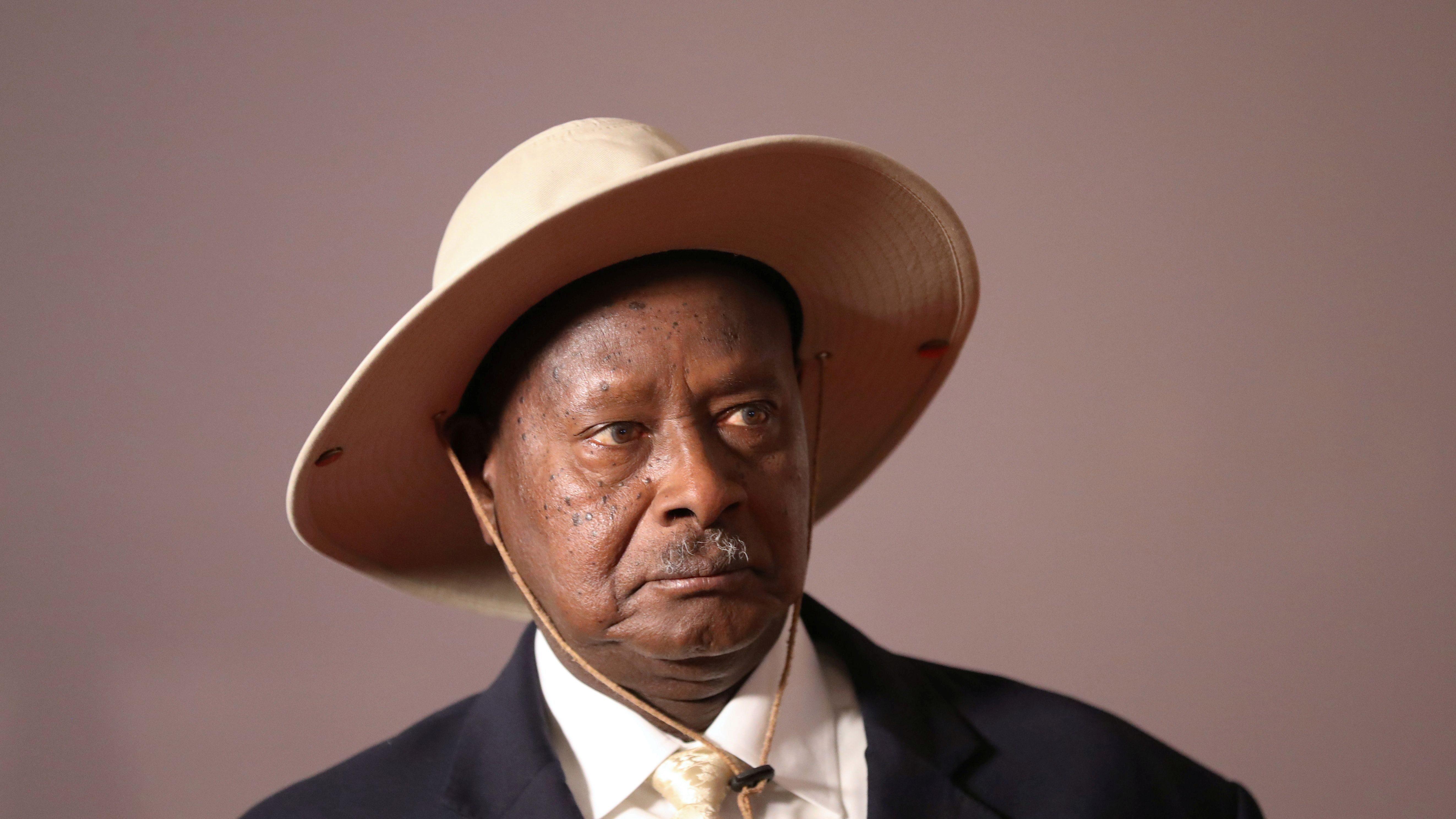O presidente de Uganda, Yoweri Museveni, chega para uma foto de grupo na reunião de cúpula do BRICS em Joanesburgo, África do Sul, em 27 de julho de 2018.