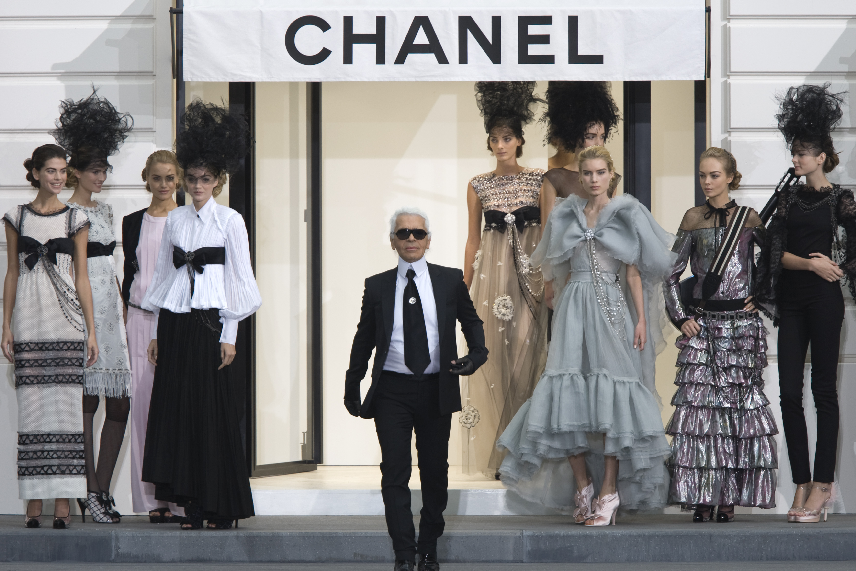 German designer Karl Lagerfeld (C) appears at the end of the spring/summer 2009 women's ready-to-wear show he presented for French fashion house Chanel in Paris October 3, 2008.