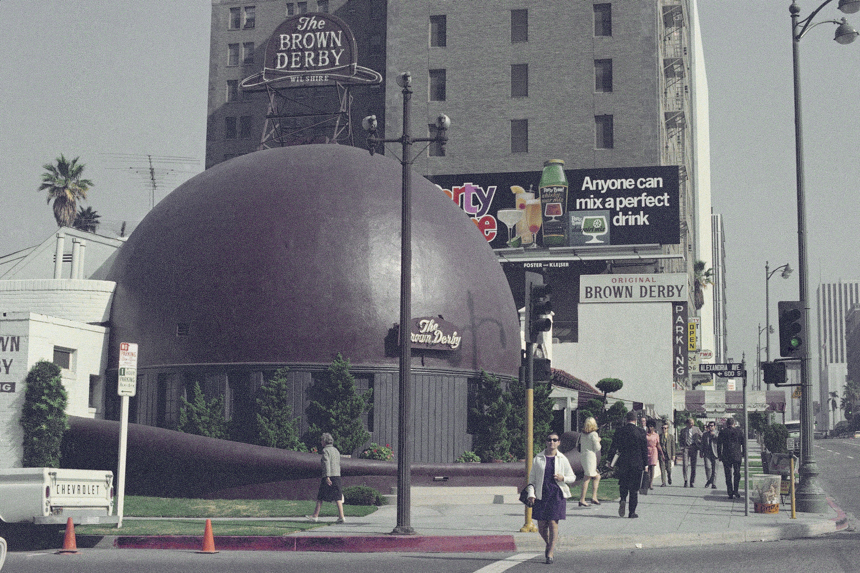 A restaurant in an eye-catching building, the Brown Derby, is shown in Los Angeles, Nov. 1970. (AP Photo/David F. Smith)