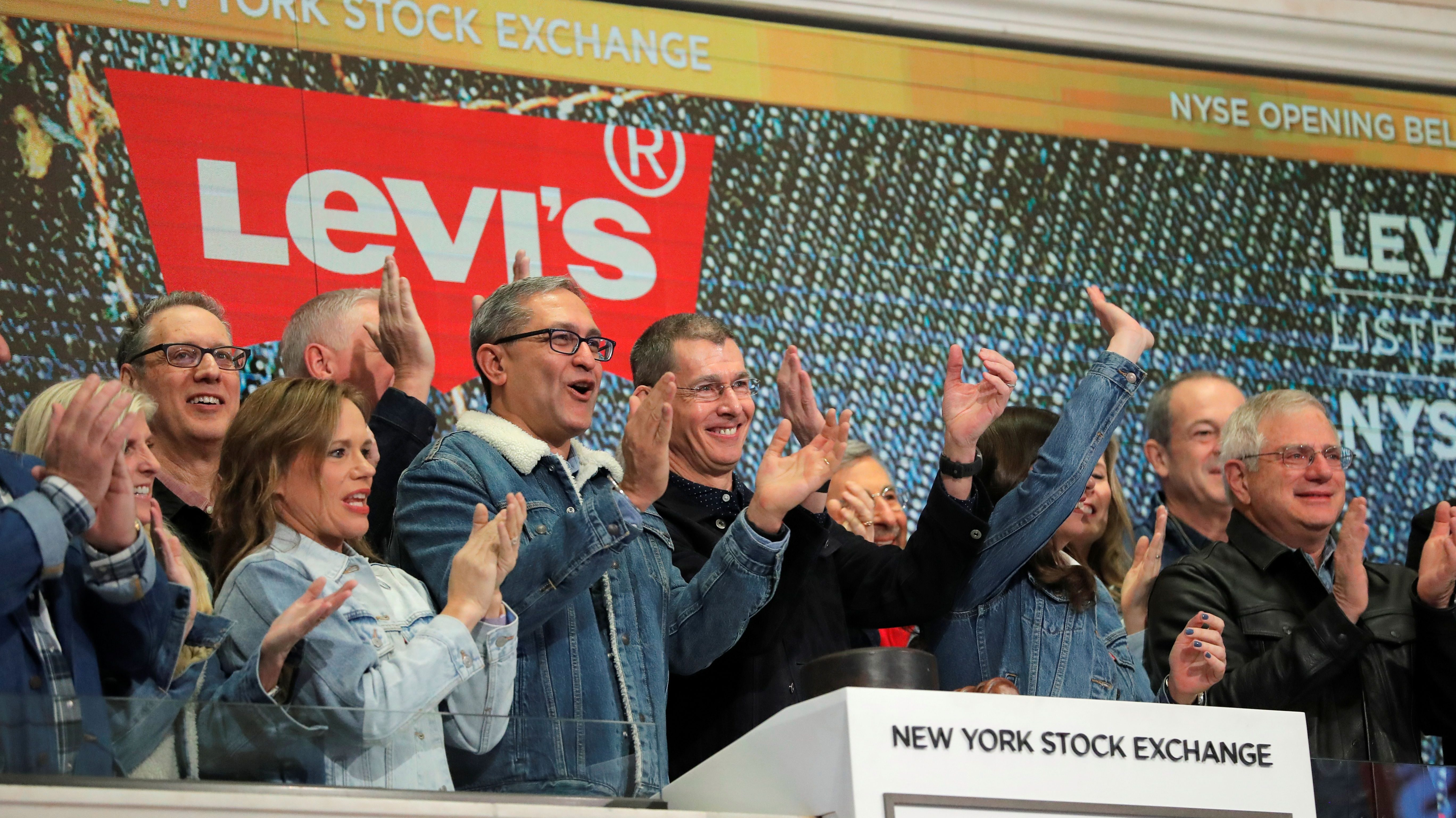 Levi Strauss & Co. CEO Chip Bergh rings the opening bell on New York Stock Exchange (NYSE) during the company's IPO in New York, U.S., March 21, 2019. REUTERS/Lucas Jackson - RC153AFDCFC0