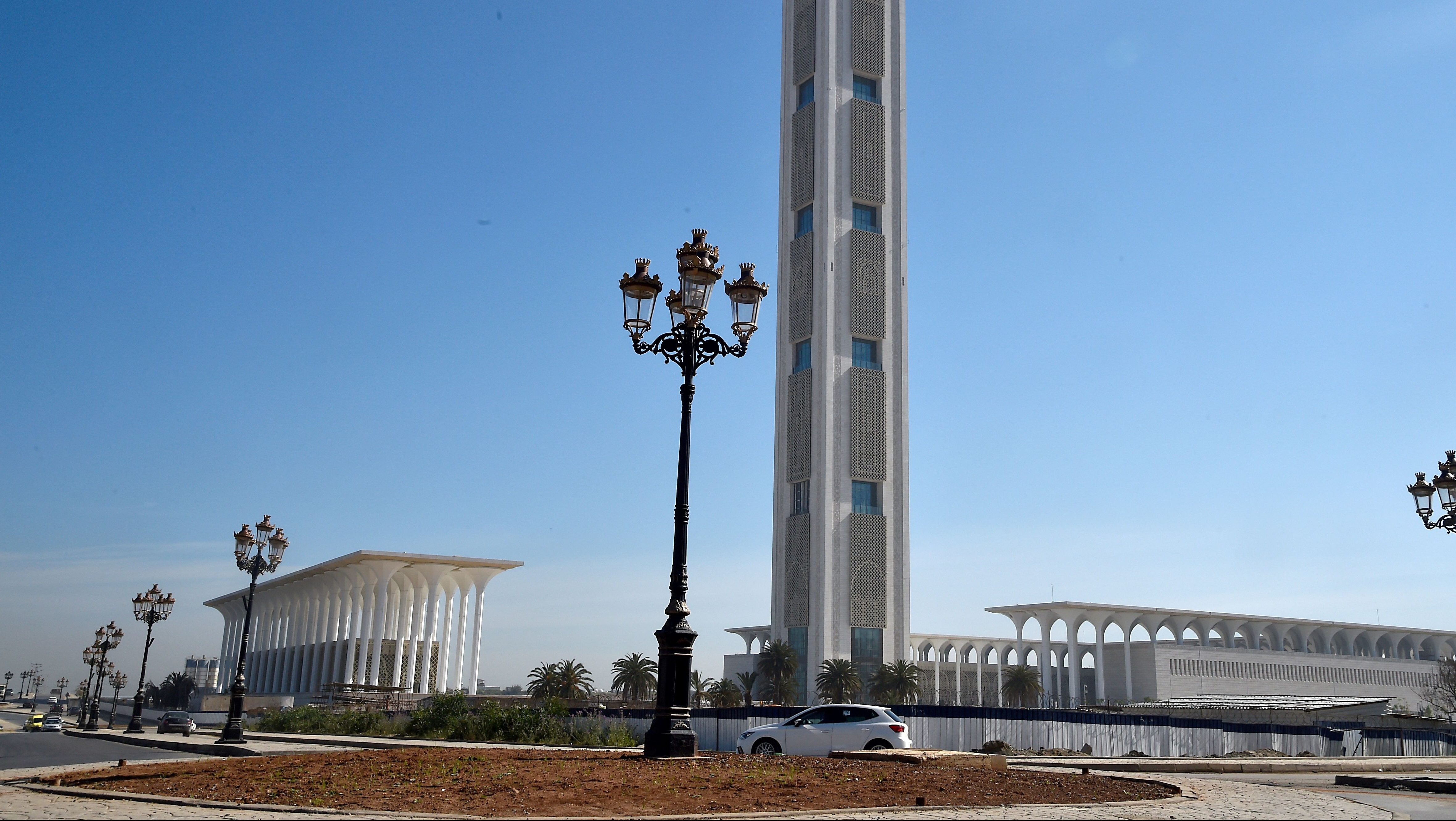 This picture shows the Great Mosque of Algiers, also known as Djamaa el Djazair, in Algiers on April 14, 2019. - Facing the sea, the Great Mosque of Algiers, huge but incomplete work of Abdelaziz Bouteflika pushed to resignation by the protests, will remain the symbol of 20 years of absolute power to the Algerians : megalomania and squandering of public funds.