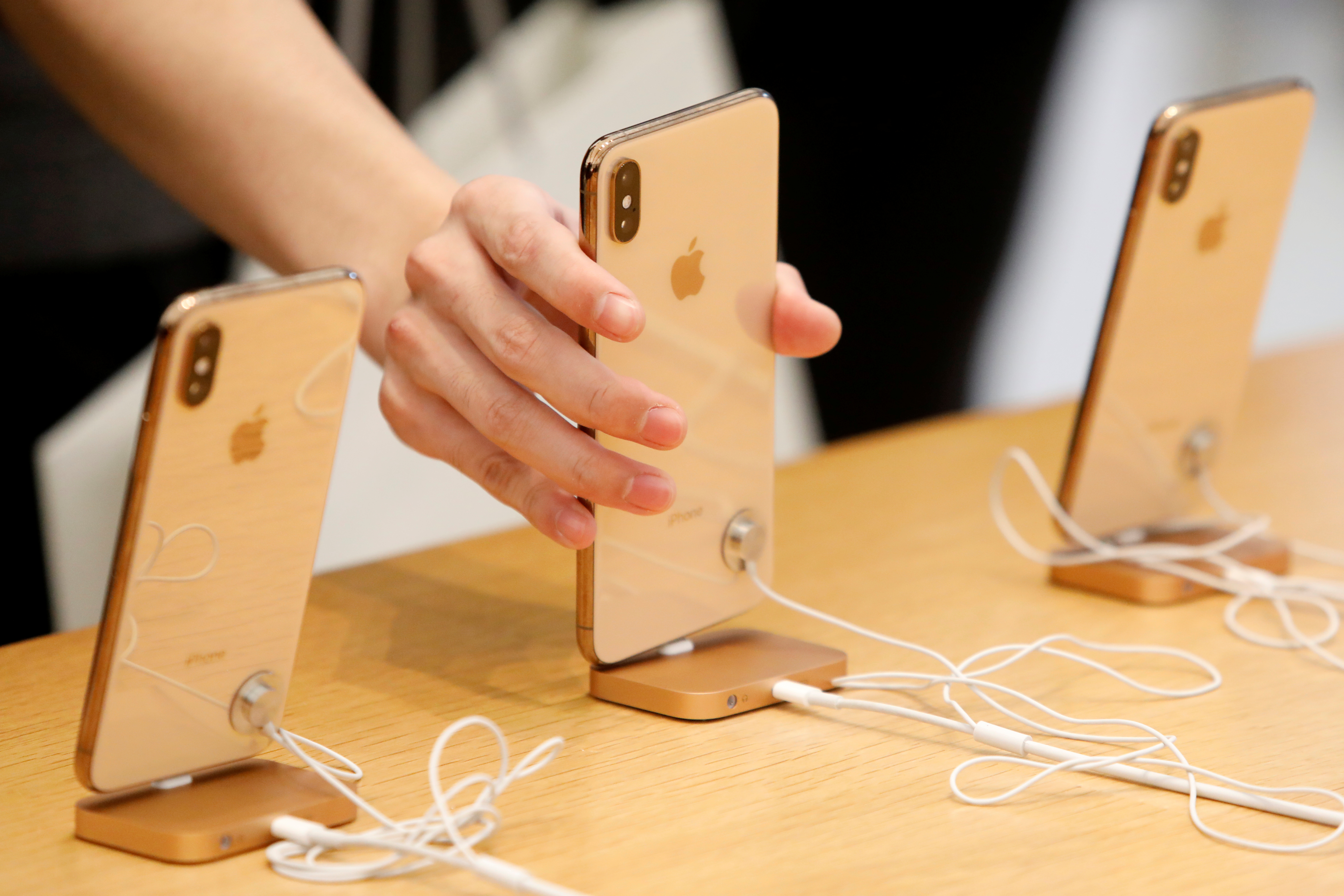 2cafa280a1c652 Two college kids allegedly used counterfeit iPhones to scam Apple out of  nearly $900,000