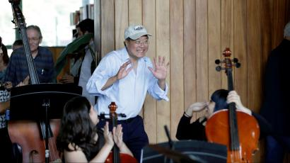 Cellist Yo-yo Ma reacts with Mexican music students before his presentation near the Americas International Bridge to highlight what unites American and Mexican cultures, in Nuevo Laredo, Mexico