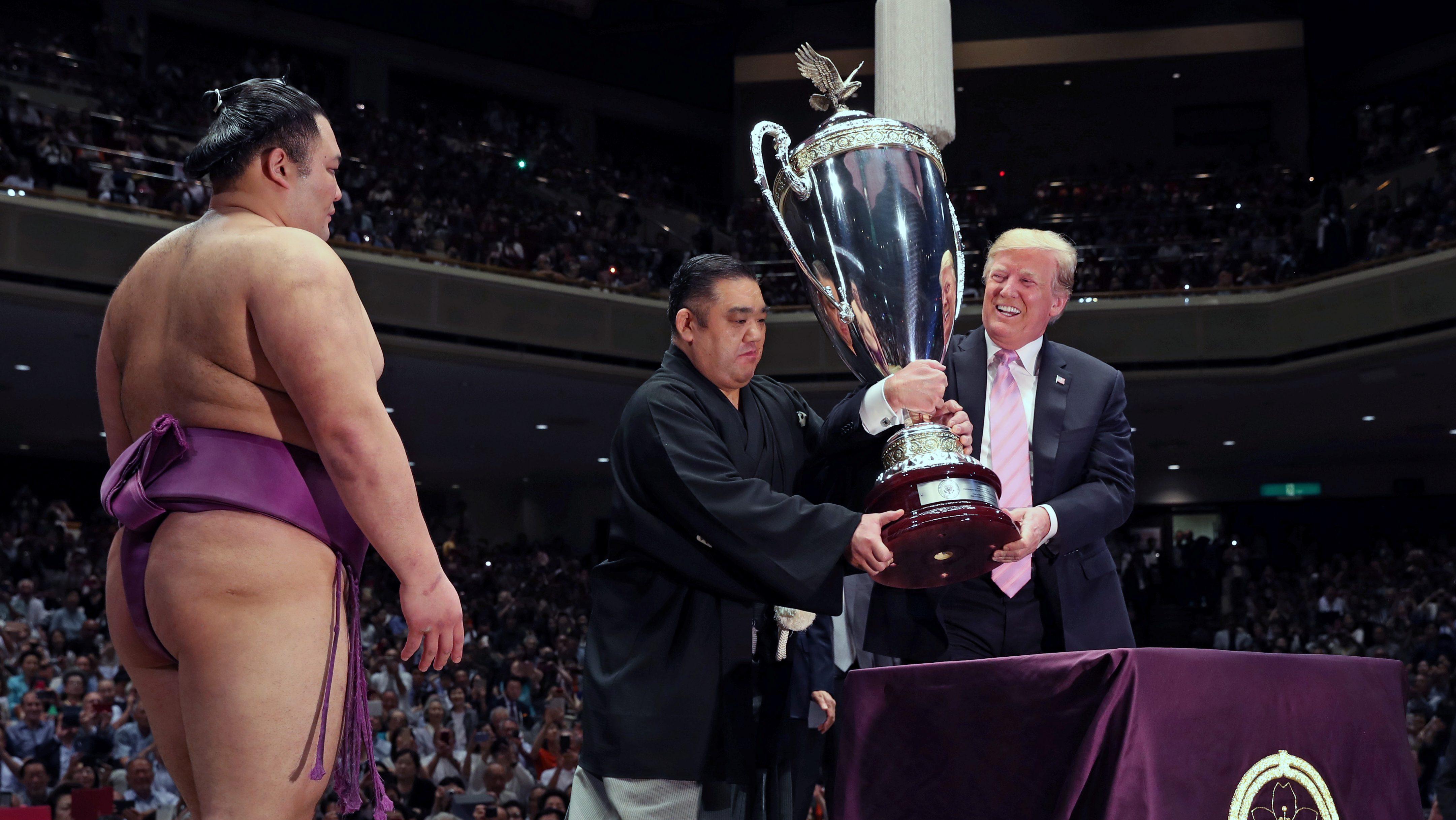 Donald-Trump-presenting-sumo-trophy-in-Tokyo