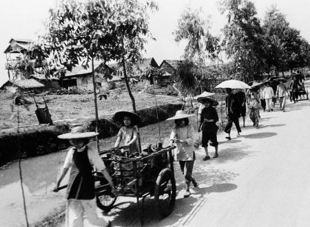 Chinese men and women transport goods in 1961