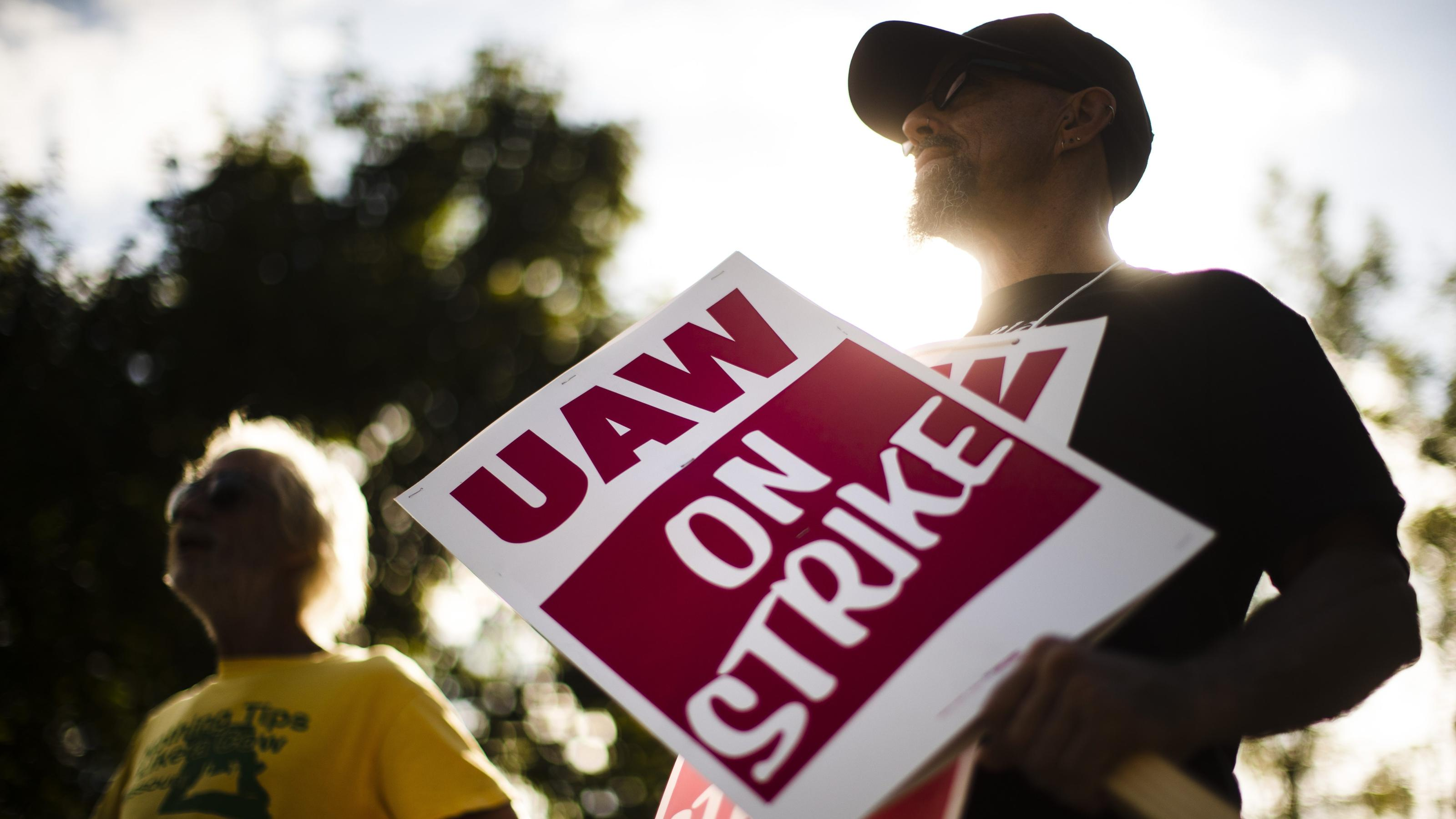 GM strike: UAW pickets as public opinion of unions runs high