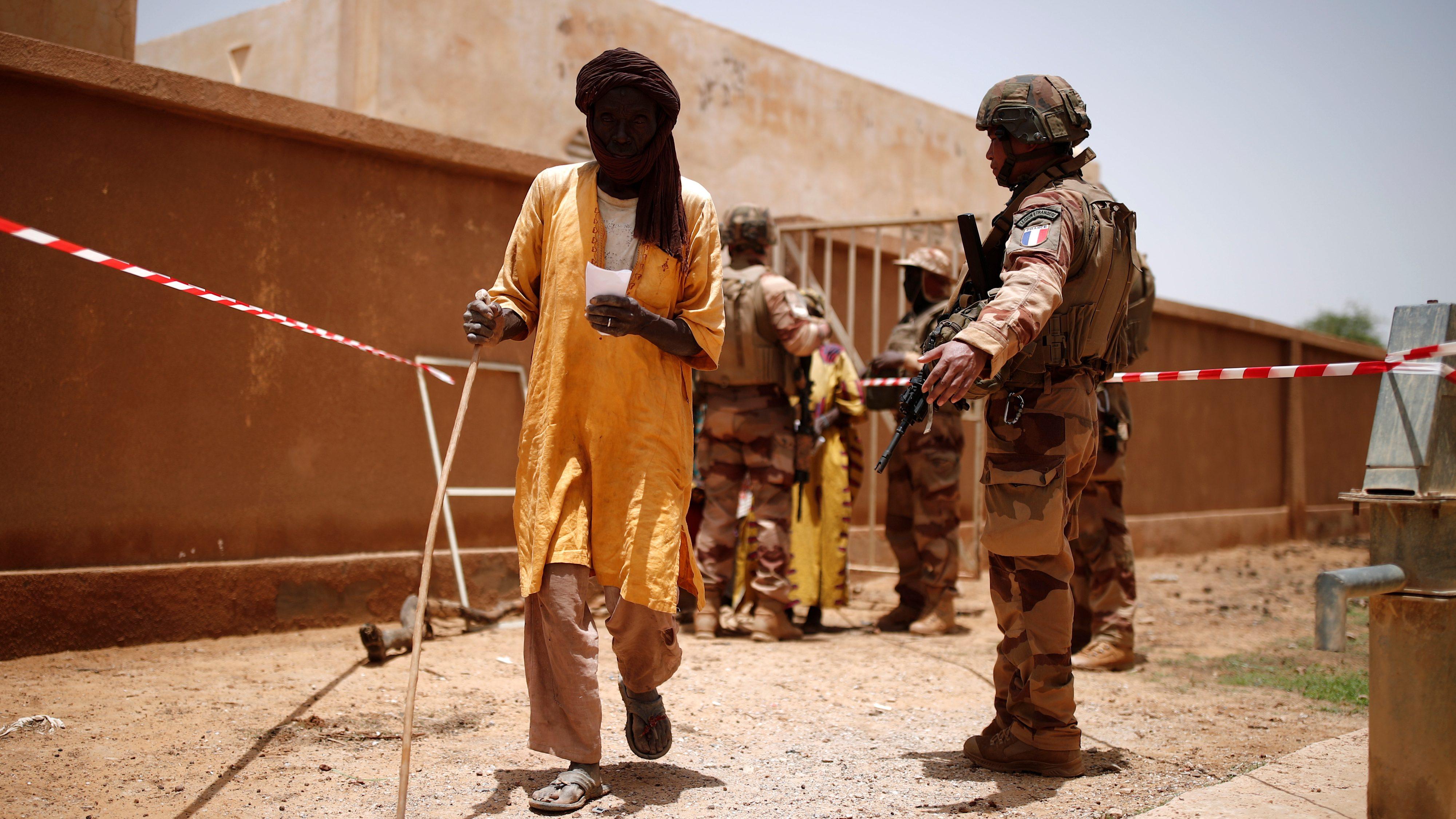Tropas das Forças Armadas do Mali e membros de uma unidade médica militar francesa realizam uma operação de assistência à população local durante a Operação Barkhane em Ndaki