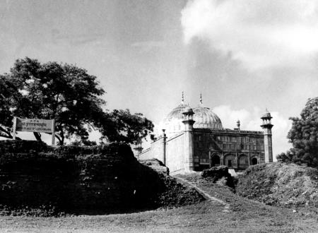 The site celebrated as the birth place of Lord Krishna. Shri Krishna, as tradition goes, was born in a prison and the prison is said to have existed on the plot marked by a stone plate. To the right of it is the idgah.