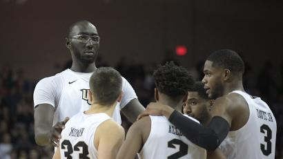 Tacko Fall, a very tall basketball players, and his teammates.