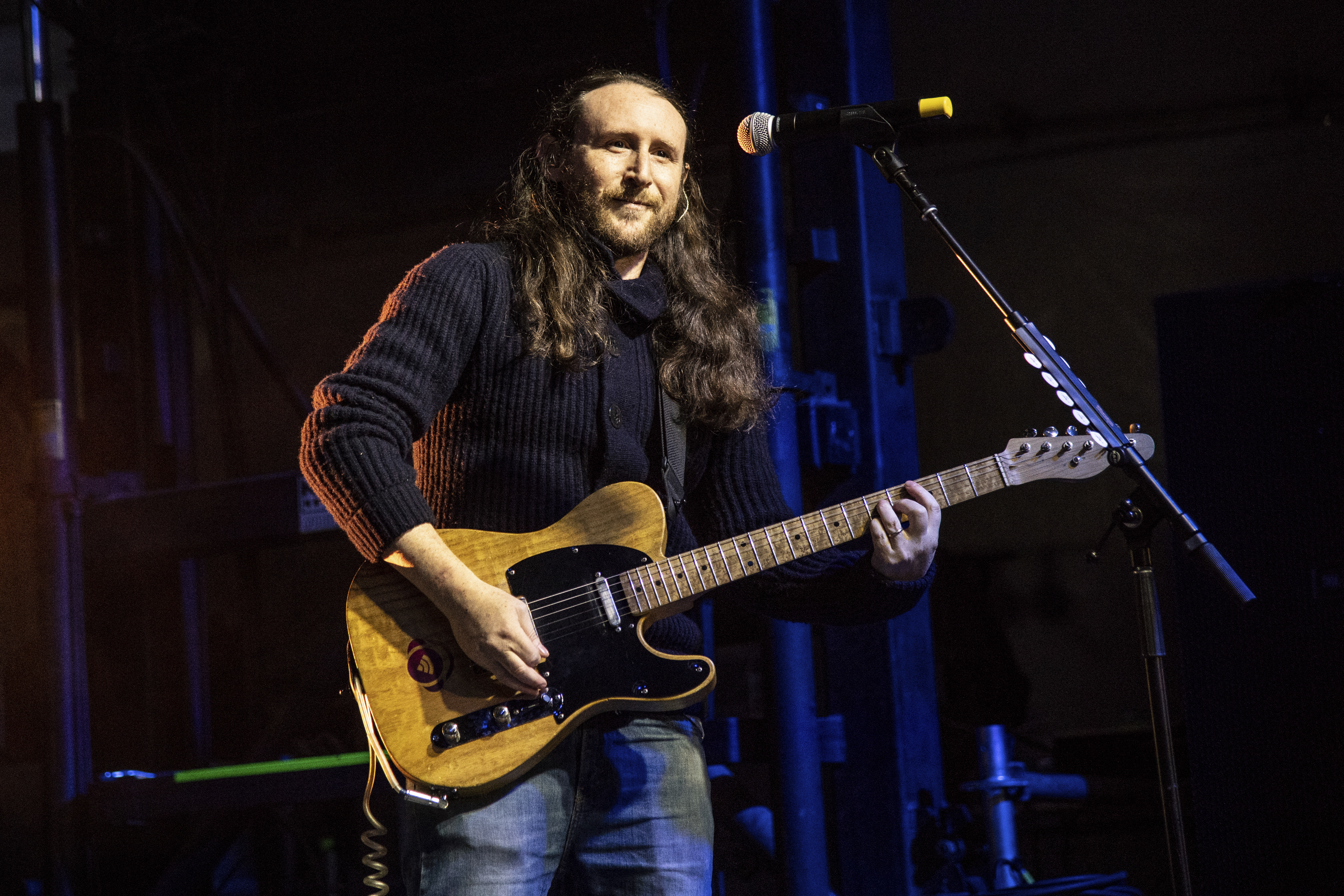 Incubus and Mixhalo founder Mike Einziger playing guitar