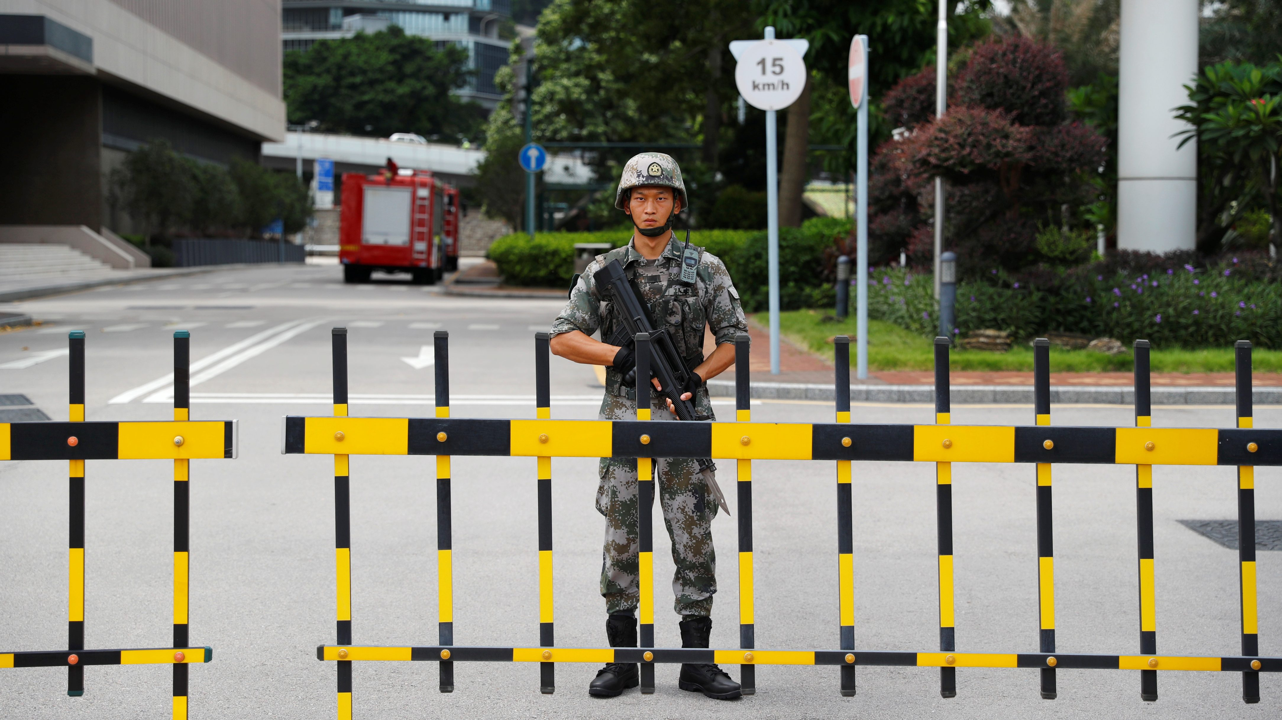 A Chinese People's Liberation Army (PLA) soldier guards the entrance to the PLA Hong Kong Garrison headquarters in the Central Business District in Hong Kong, China, August 29, 2019. REUTERS/Anushree Fadnavis - RC1A28D50FF0