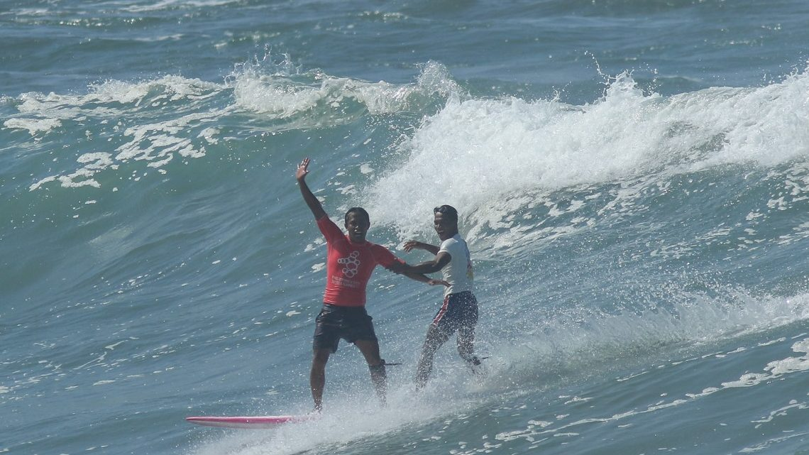 A Filipino surfer abandoned a medal race to rescue his competitor