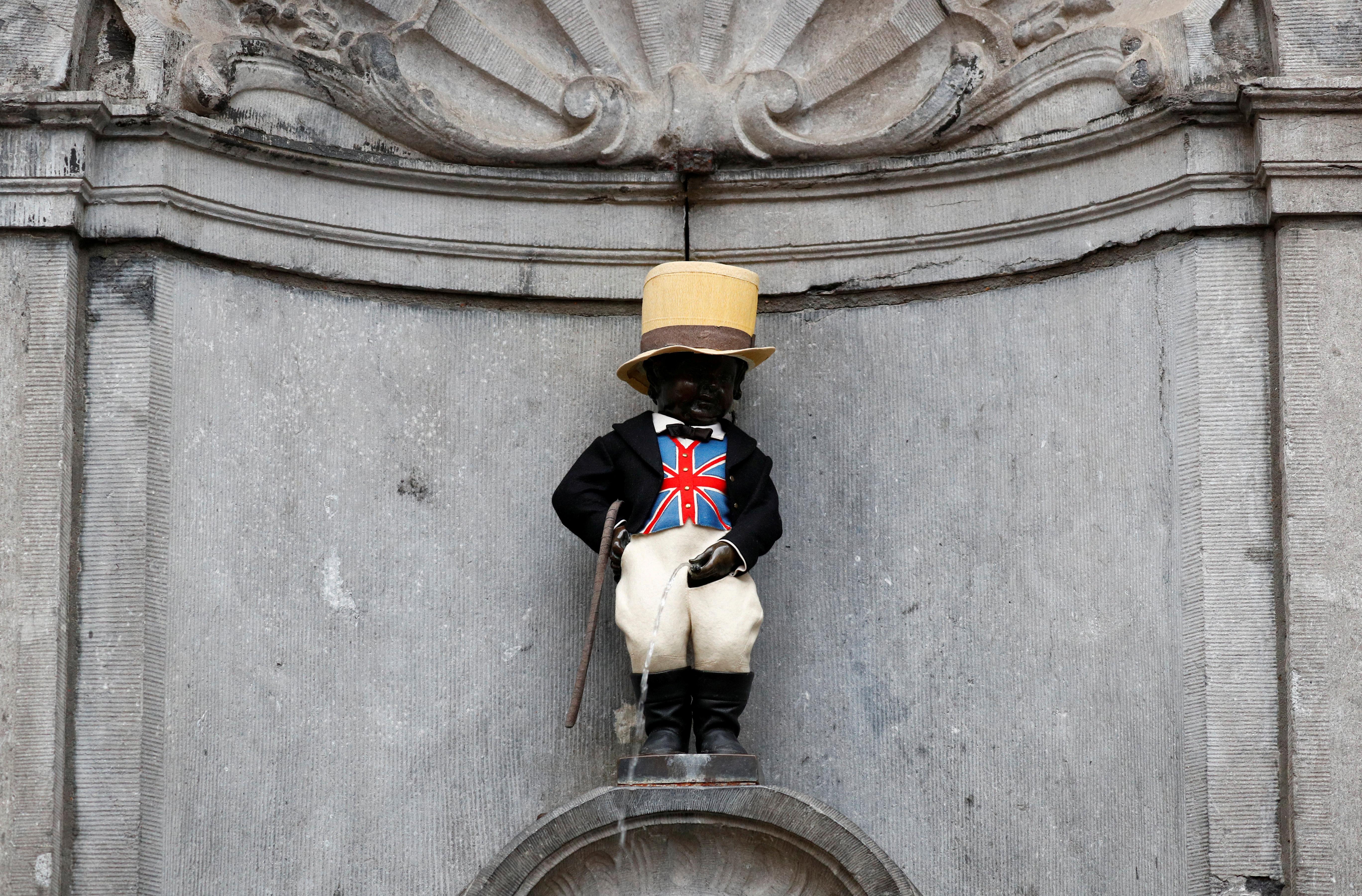A estátua de Manneken Pis está vestida com um pano com o padrão da bandeira britânica para celebrar a amizade entre a Bélgica e a Grã-Bretanha em Bruxelas.