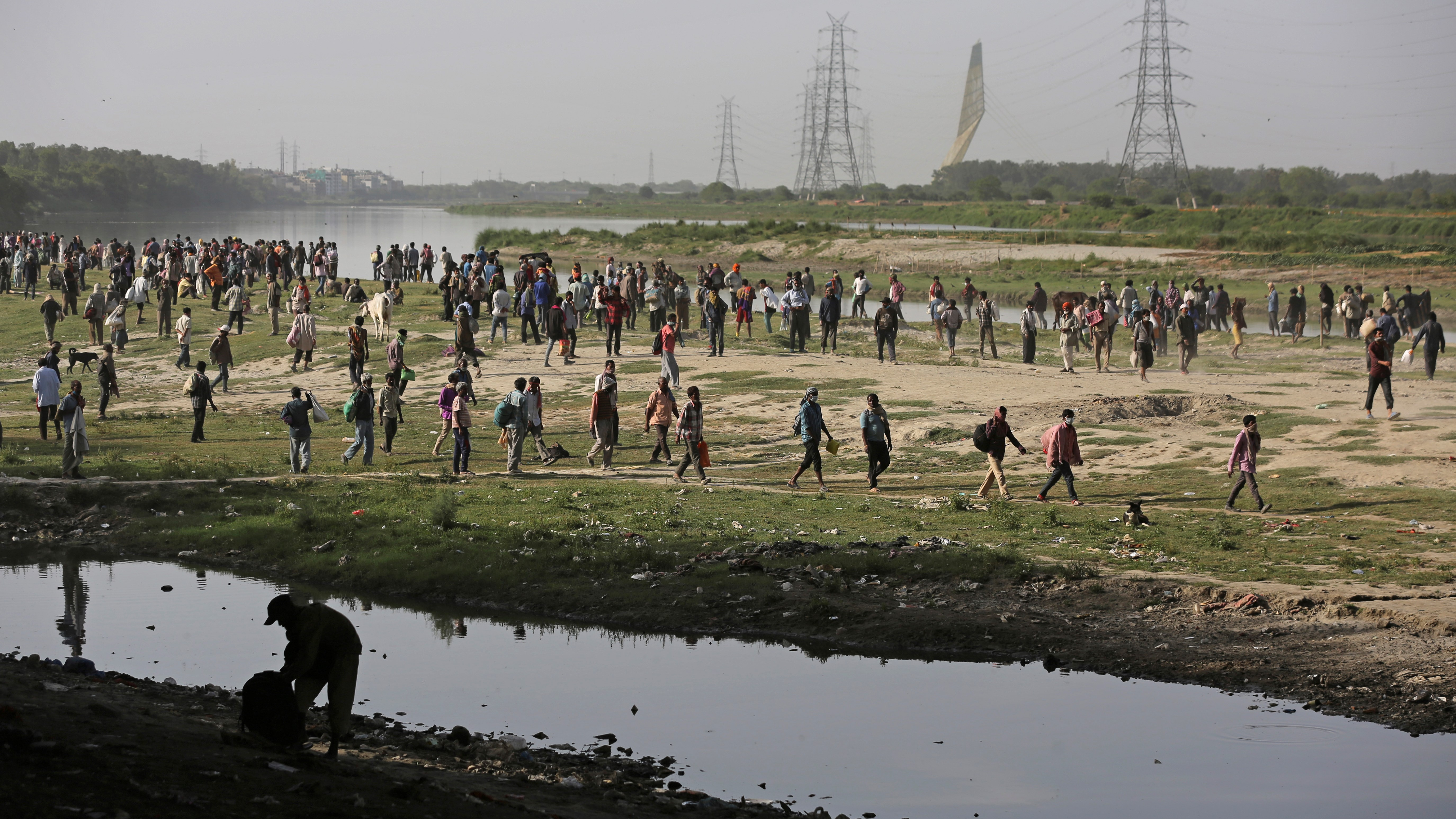 Migrants at Yamuna river bank in Delhi