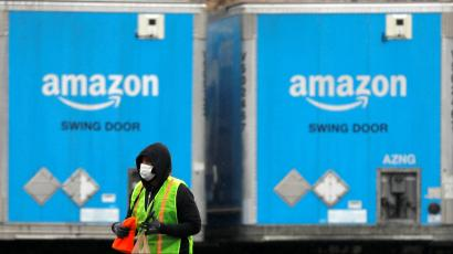 An Amazon worker in a face mask.