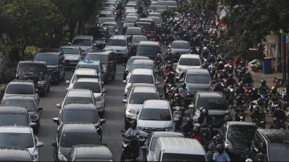 Vehicles are caught in congestion