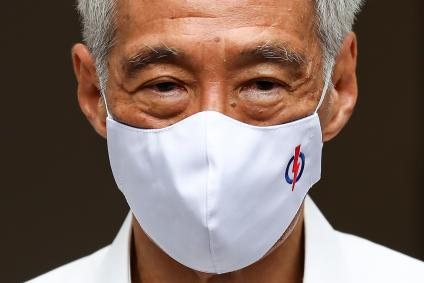 Singaporean Prime Minister Lee Hsien Loong wearing a face mask.