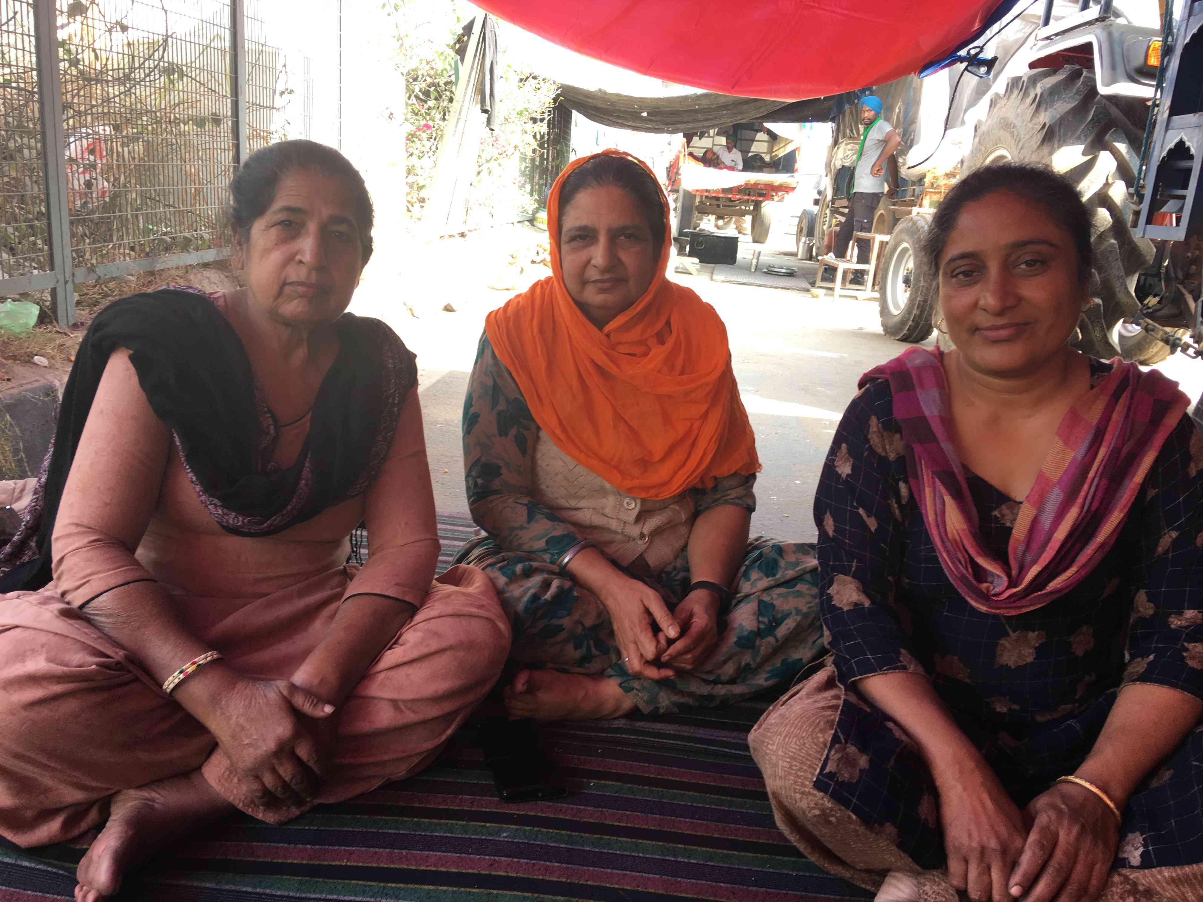 Sharanjeet Kaur (چپ) ، Harpreet Kaur (مرکز) و Gurpreet Kaur (راست) از Ludhiana ، پنجاب به مرز Tikri آمدند.