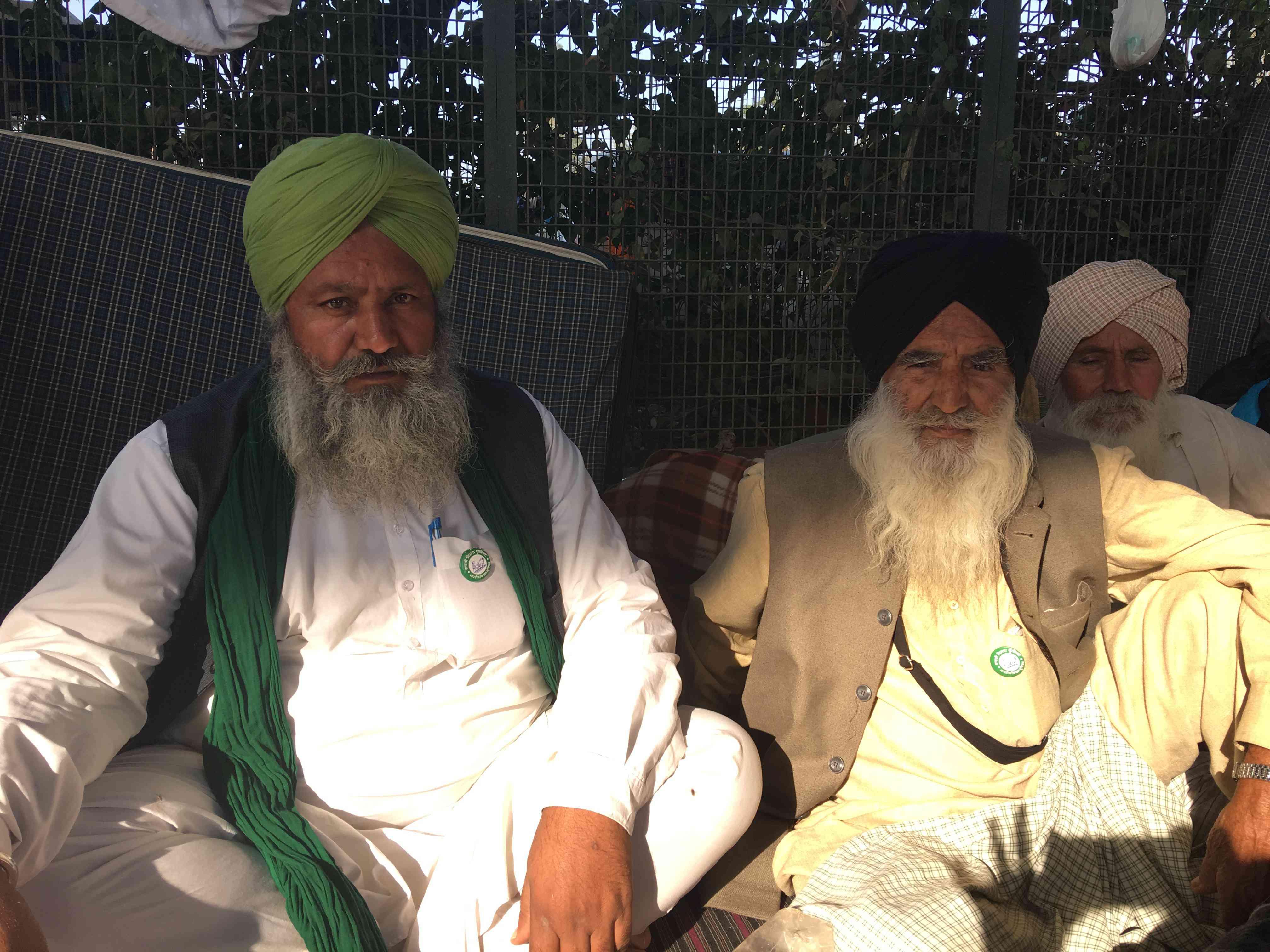 سورجیت سینگ (چپ) با کشاورز دیگری نشسته بود که او نیز از سنگرور ، پنجاب آمده بود.