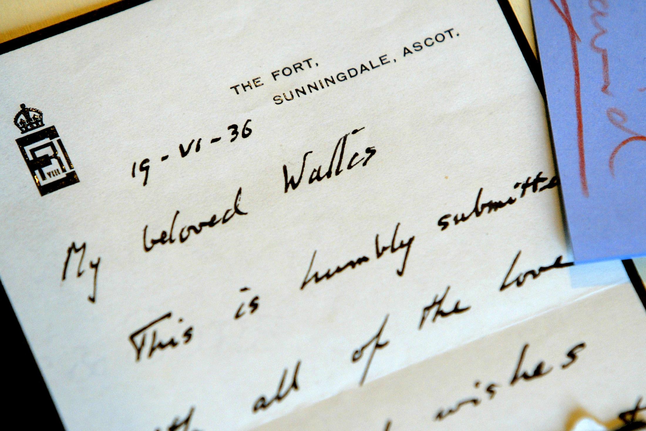 Uma carta de amor de Eduardo VIII é vista na casa de leilões Christies em Roma em 16 de junho de 2004.