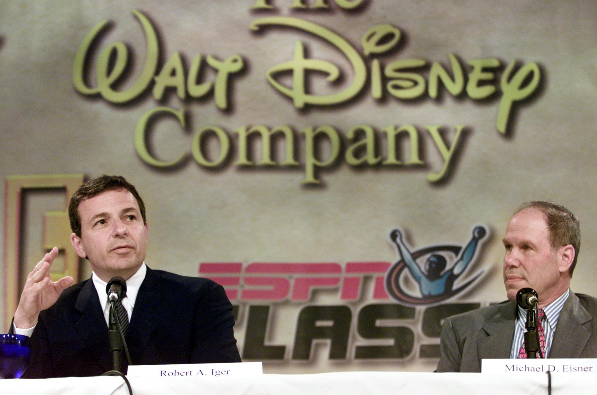 Robert A. Iger, (L) Presidente e CEO da The Walt Disney Company, fornece detalhes da compra da Fox Family Worldwide como Michael Eisner, Presidente e CEO da The Walt Disney Company
