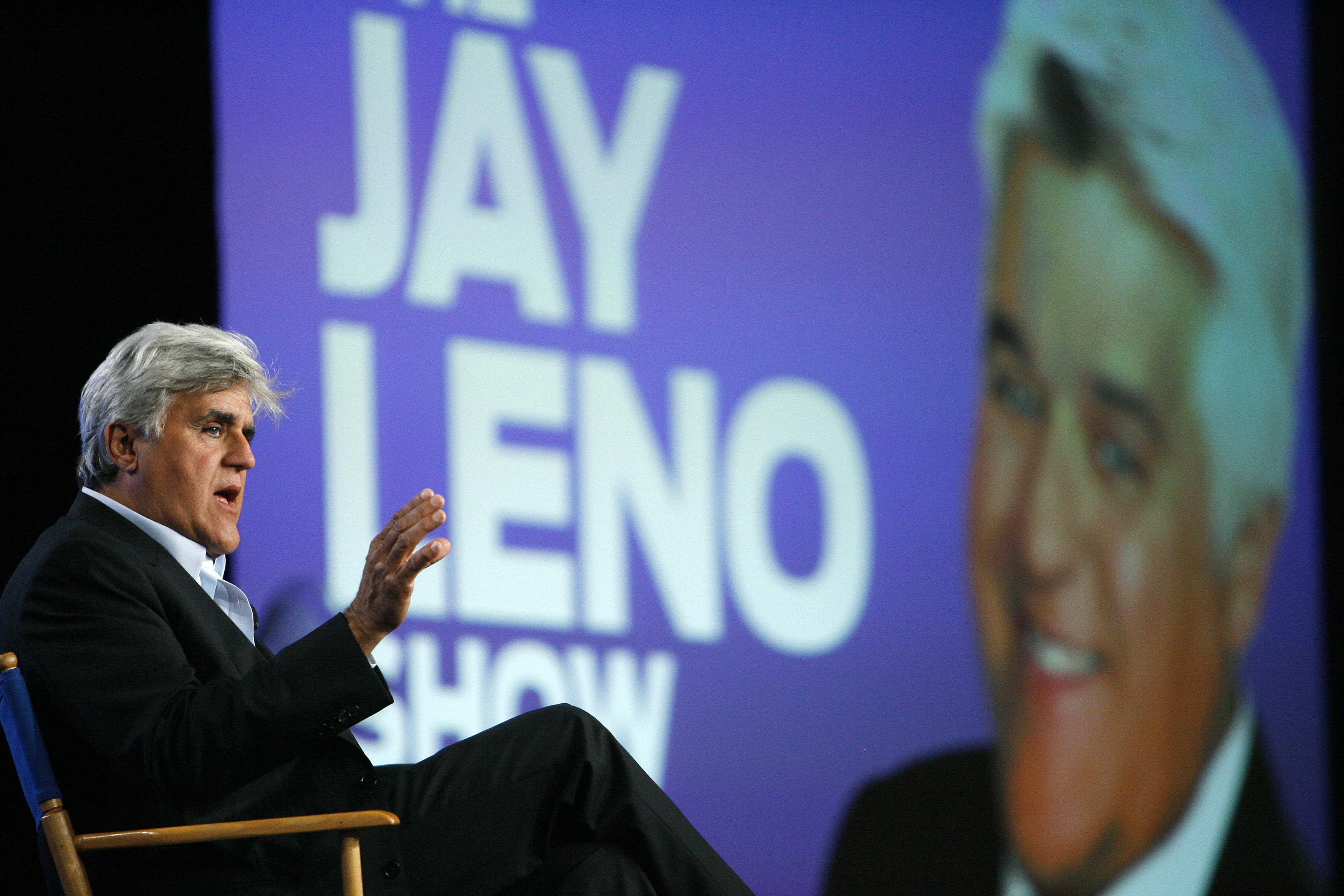 O apresentador Jay Leno gesticula durante um painel para sua próxima série de TV